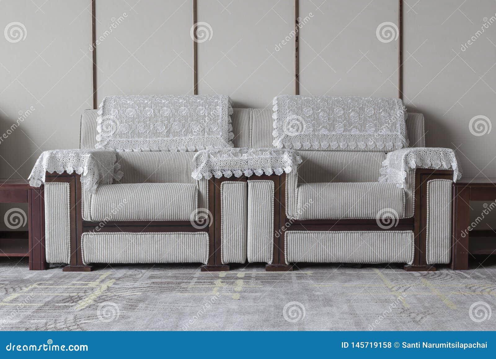 Una coppia di sofà in salone con nessuno