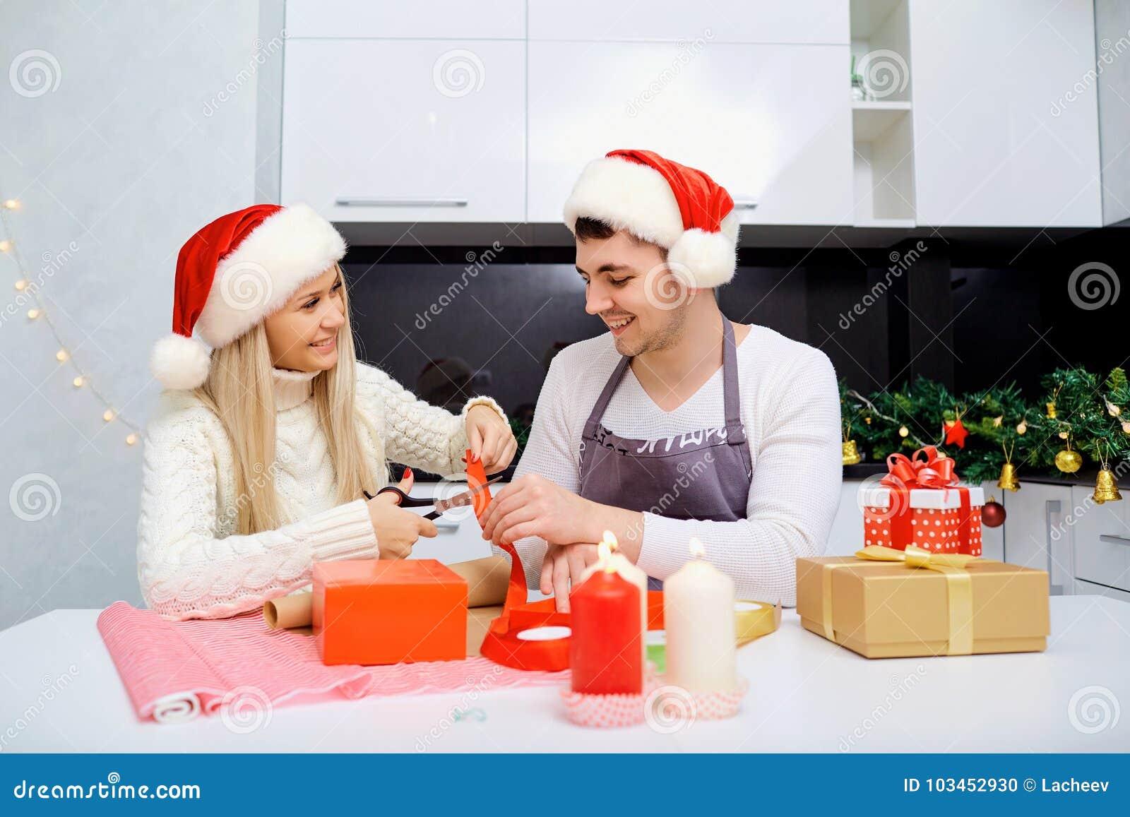Una coppia nel ` s di Santa ricopre lo spostamento dei presente in una stanza su Christma