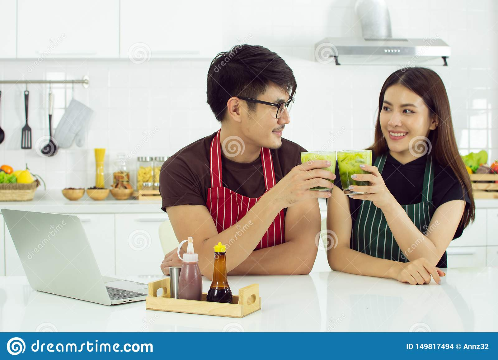 Una coppia sta bevendo il tè verde nella cucina