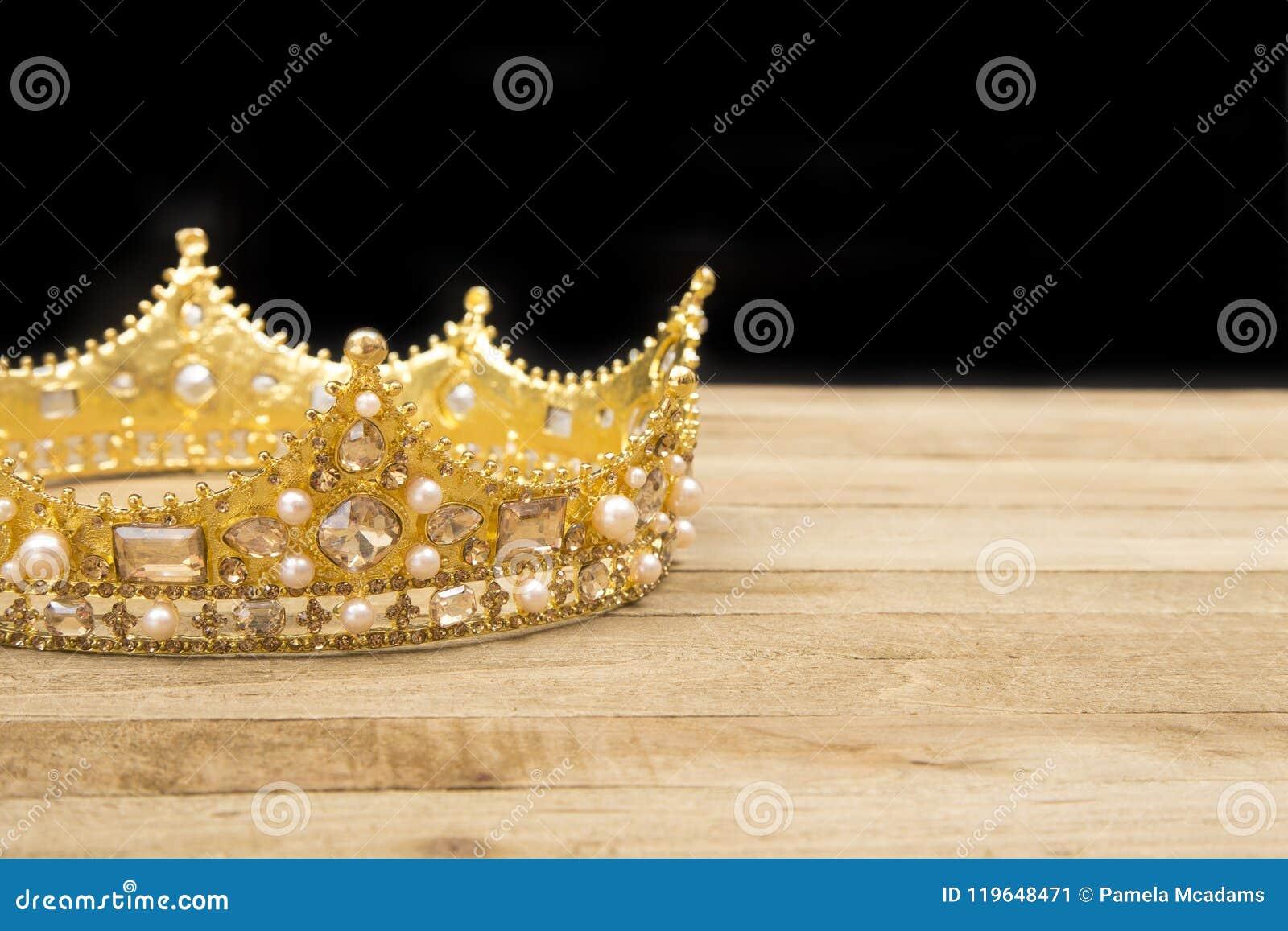 Una corona y la biblia imagen de archivo. Imagen de blanco - 119648471