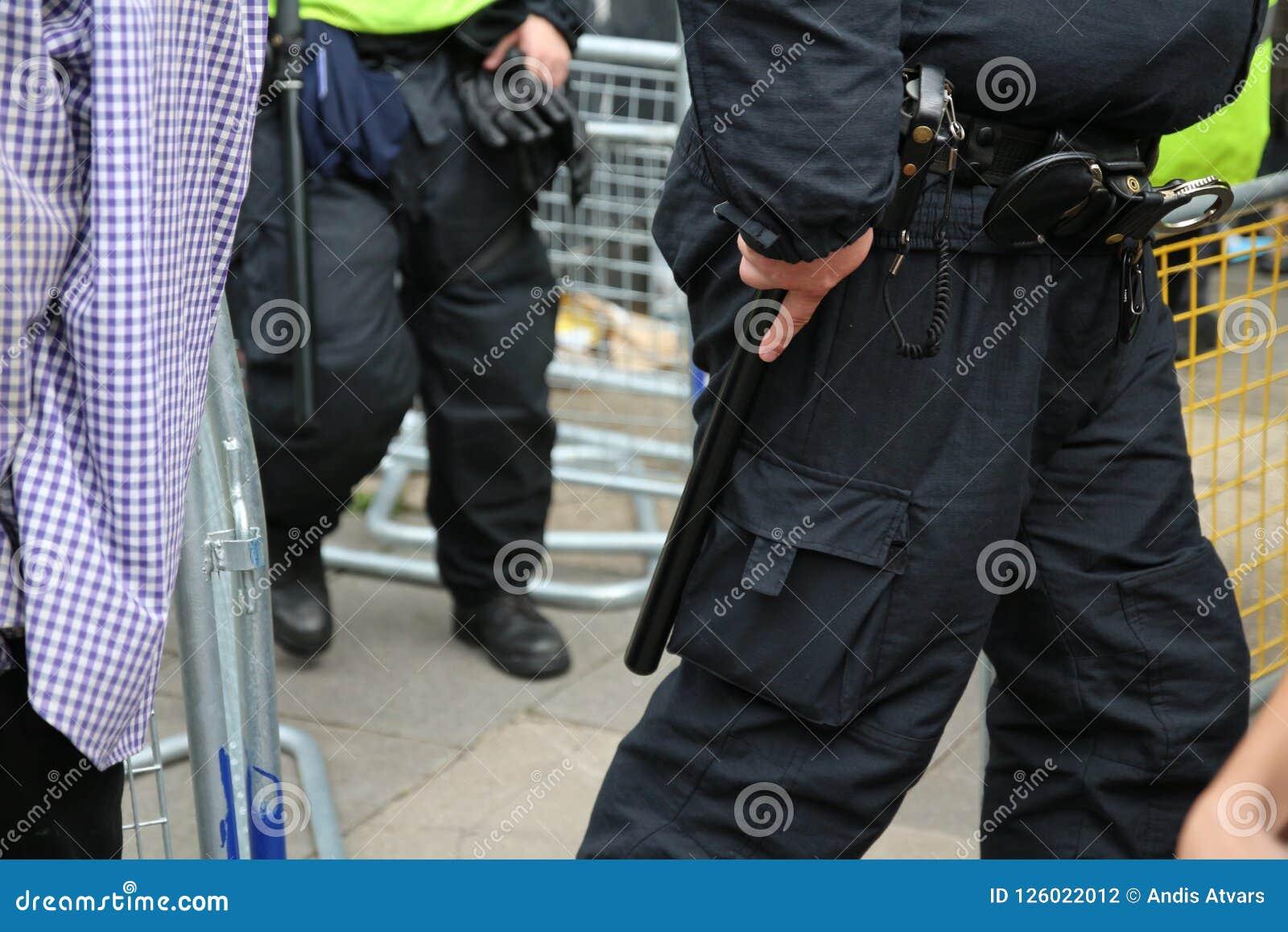 Una correa armada del deber del oficial de policía