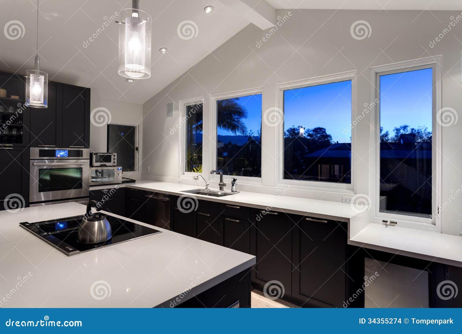 Una Cucina Moderna In Una Casa Di Lusso Fotografia Stock - Immagine ...