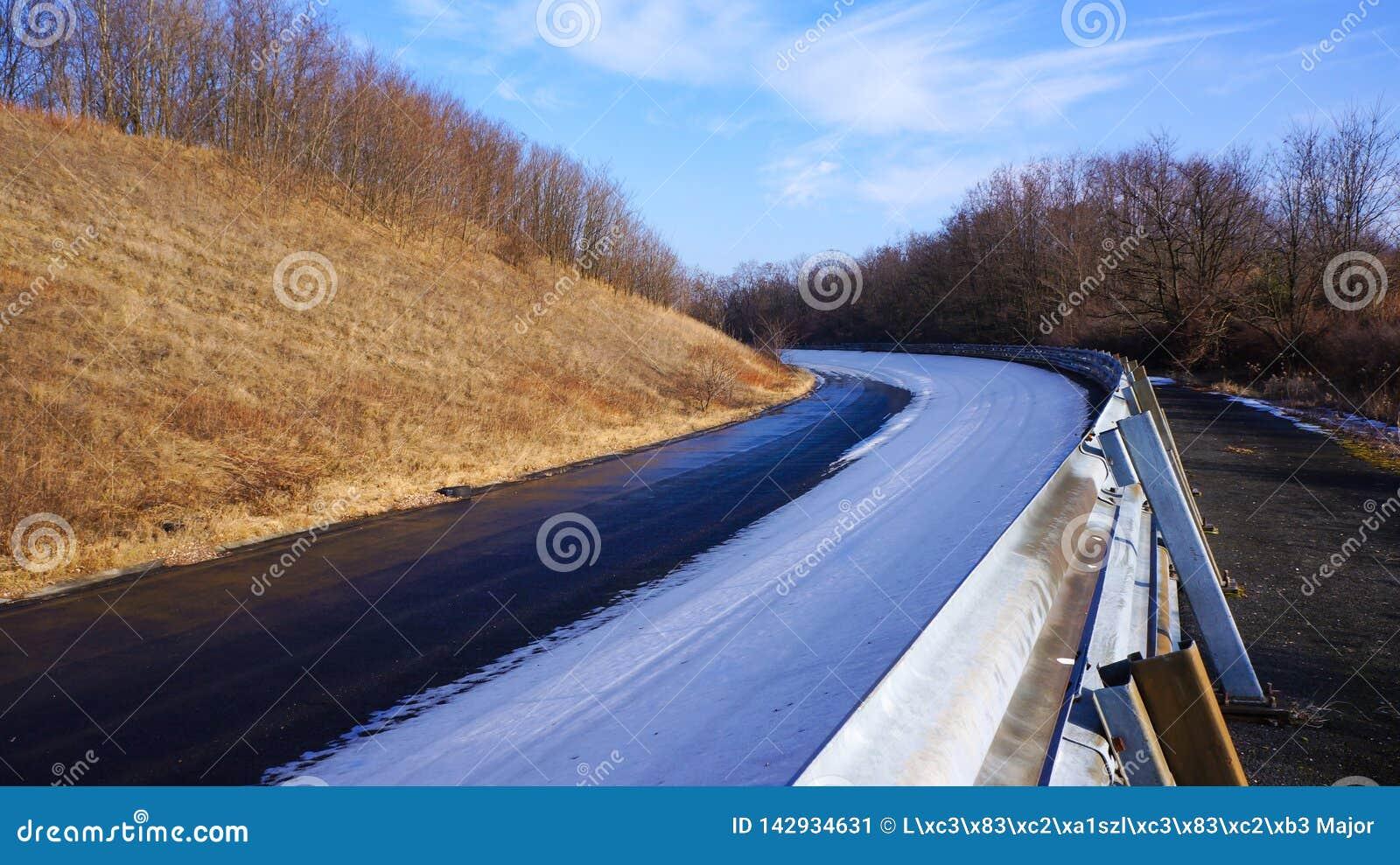 Una curvatura sull anello del raab della pista di corsa