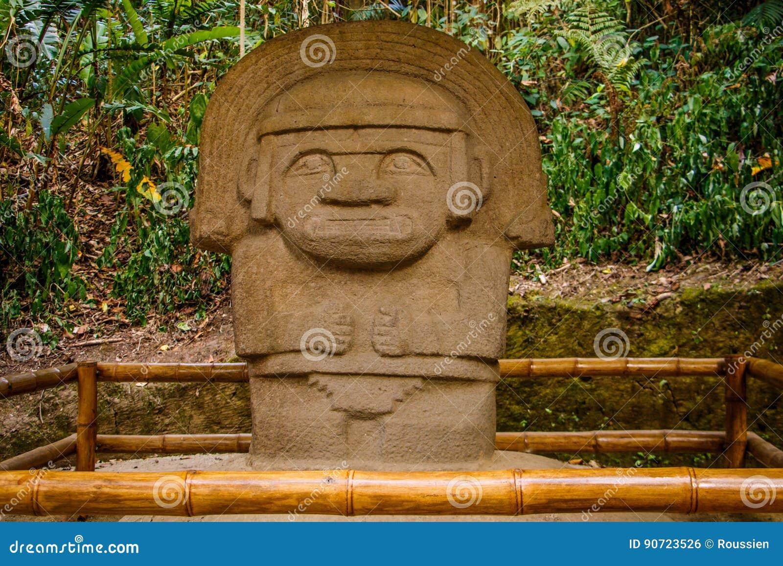 Una de las estatuas antiguas en el parque de San Agustín, Colombia
