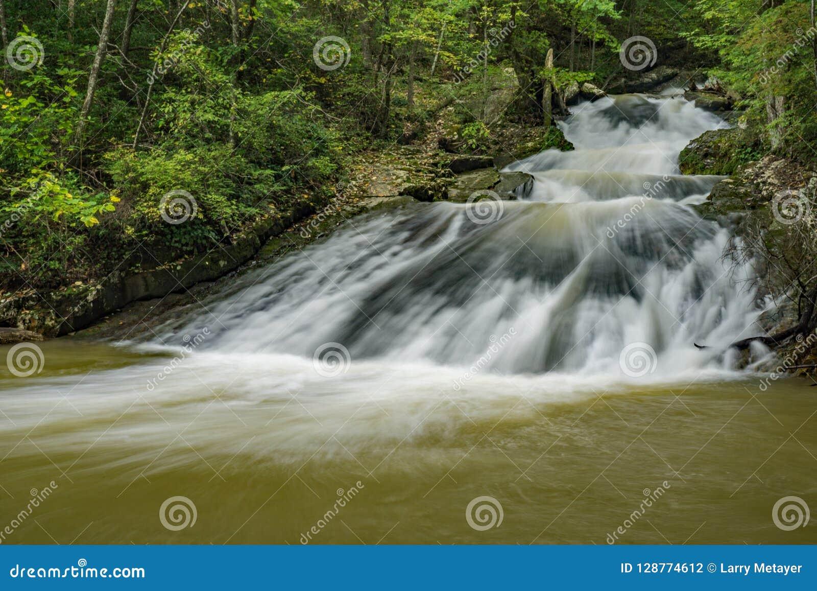 Una delle molte cascate a ruggire area ricreativa funzionata