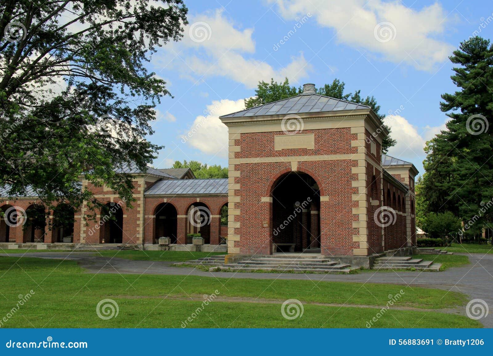 Una di molte belle strutture sulla proprietà, parco della stazione termale di Saratoga, Saratoga, New York, 2015