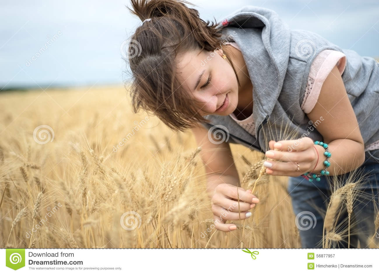 Una donna ammira le orecchie di grano