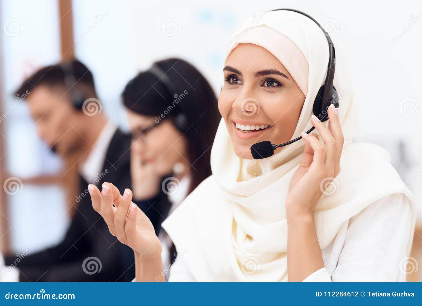 Una donna araba lavora in una call center