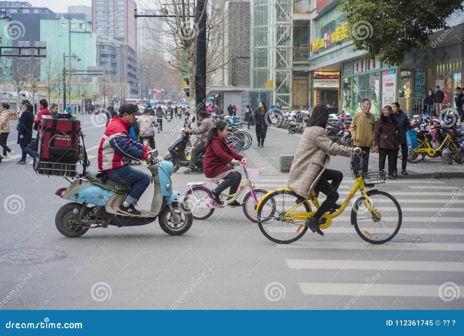 Una donna che guida una bicicletta a Nanchino