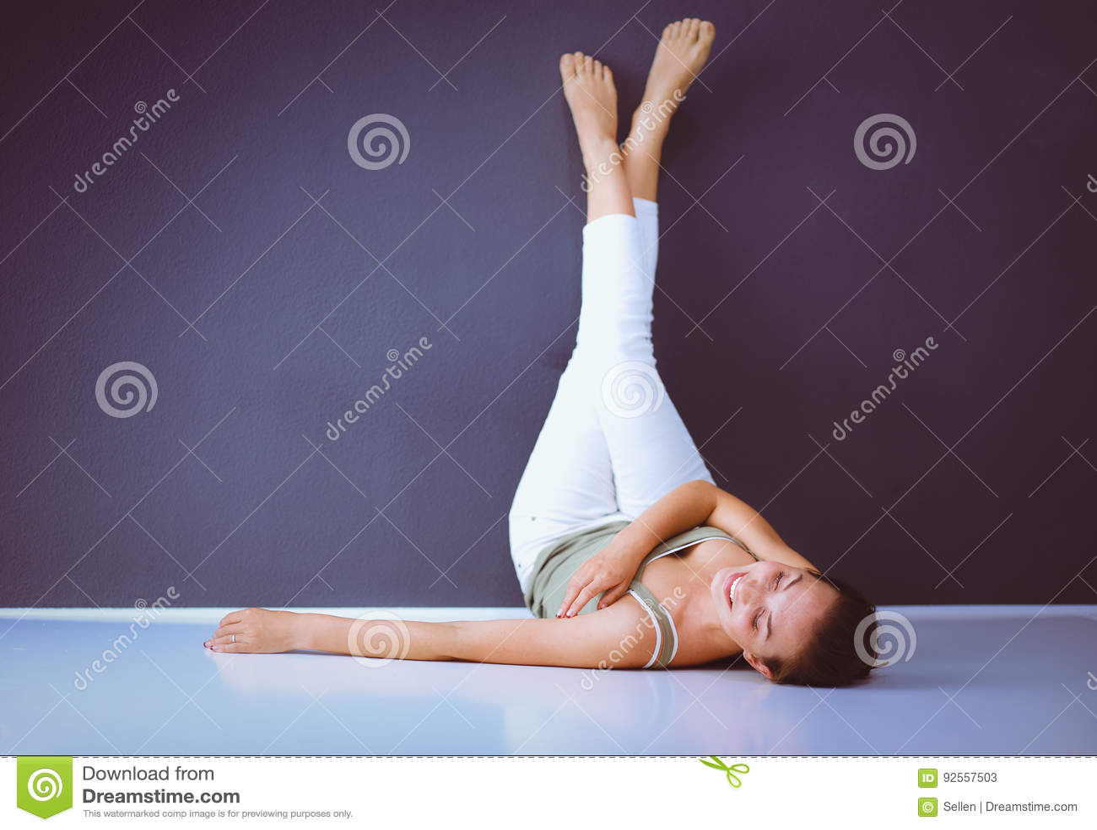 Una donna che si trova sul pavimento con i vantaggi