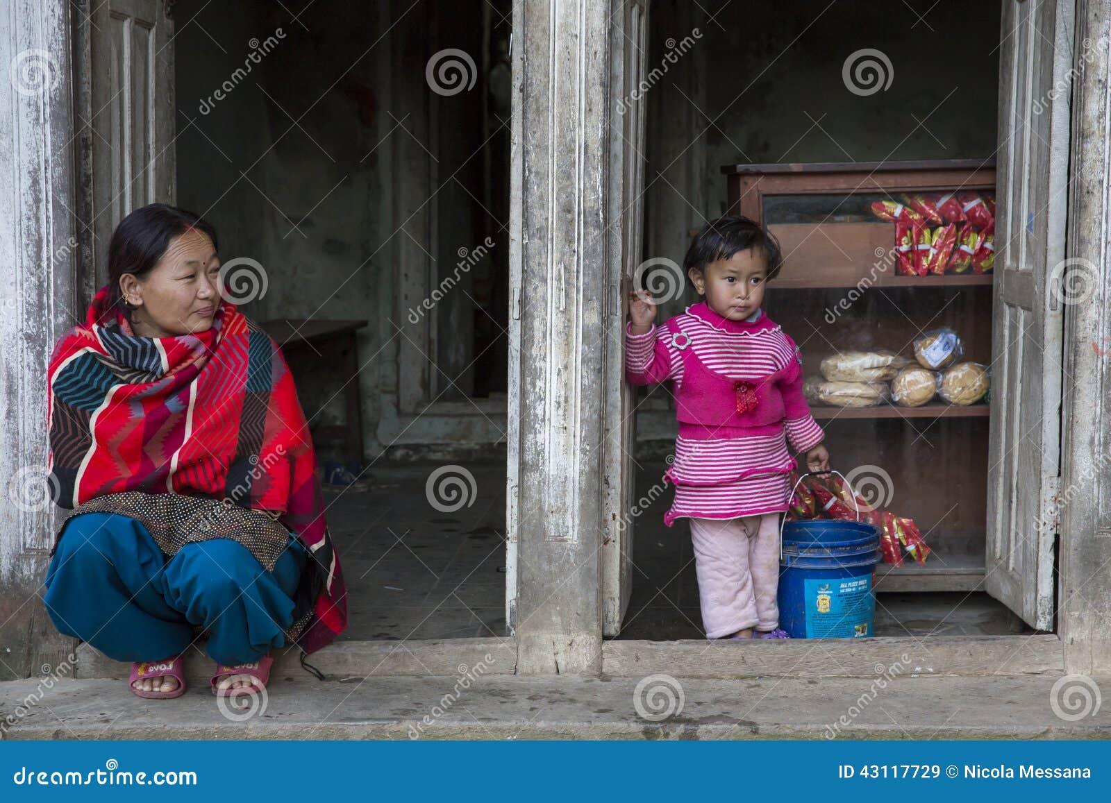 Una donna con sua figlia in Panauti, Nepal