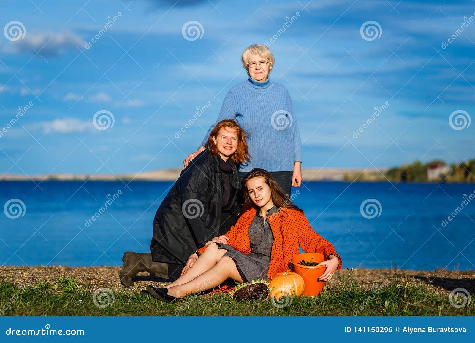 Una donna di settanta anni, una donna di quaranta anni e una donna di venti anni Tre generazioni di donne nella famiglia all aper