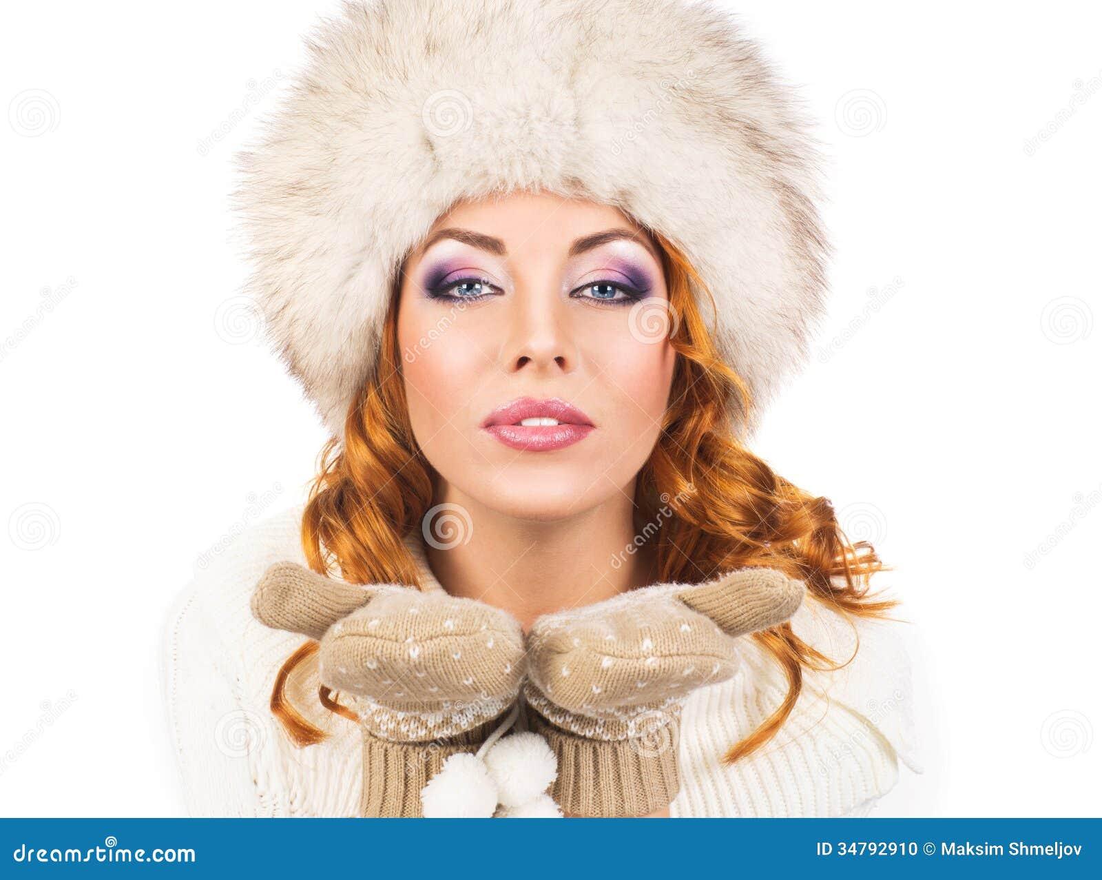 Una Donna Felice In Un Cappello Di Inverno Isolato Su Bianco ... 16a0aa2b9f4a