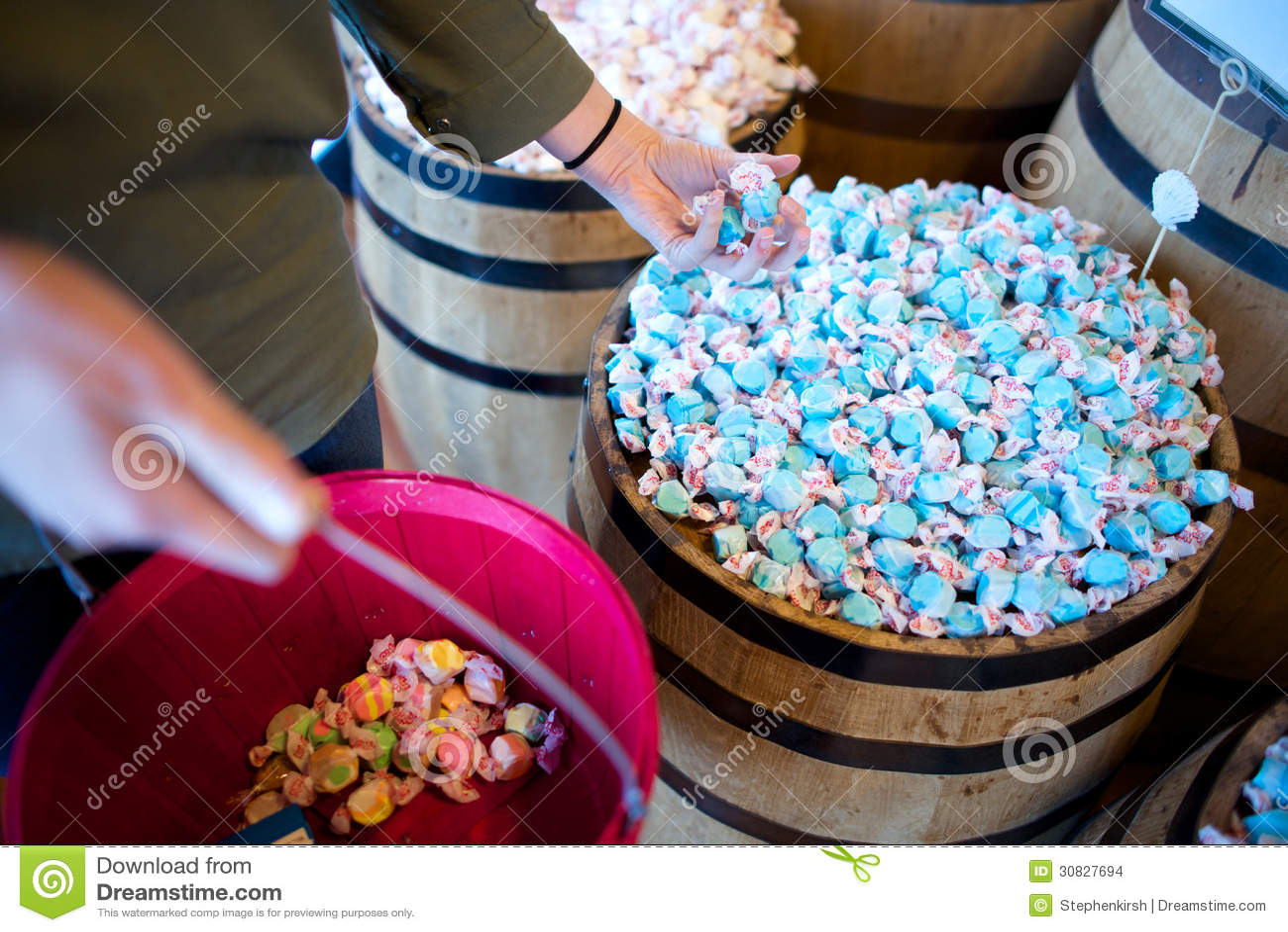 Una donna ha una manciata di taffy blu dell acqua salata in un deposito
