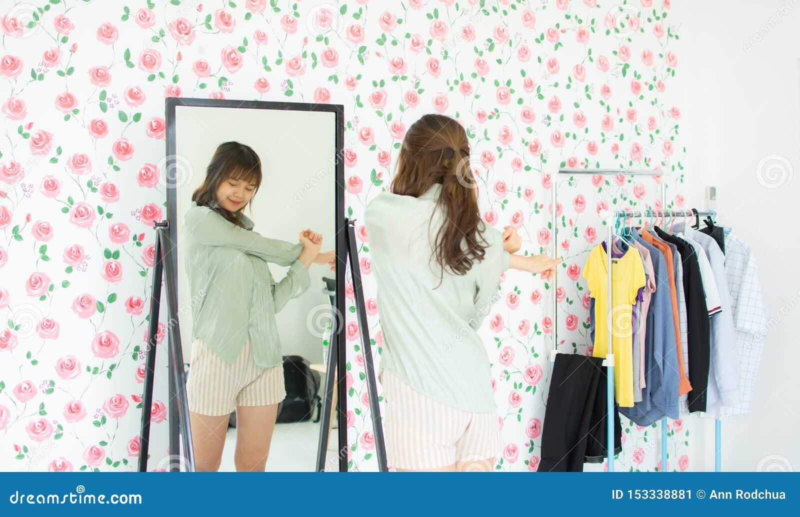 Una donna sta esaminando lo specchio
