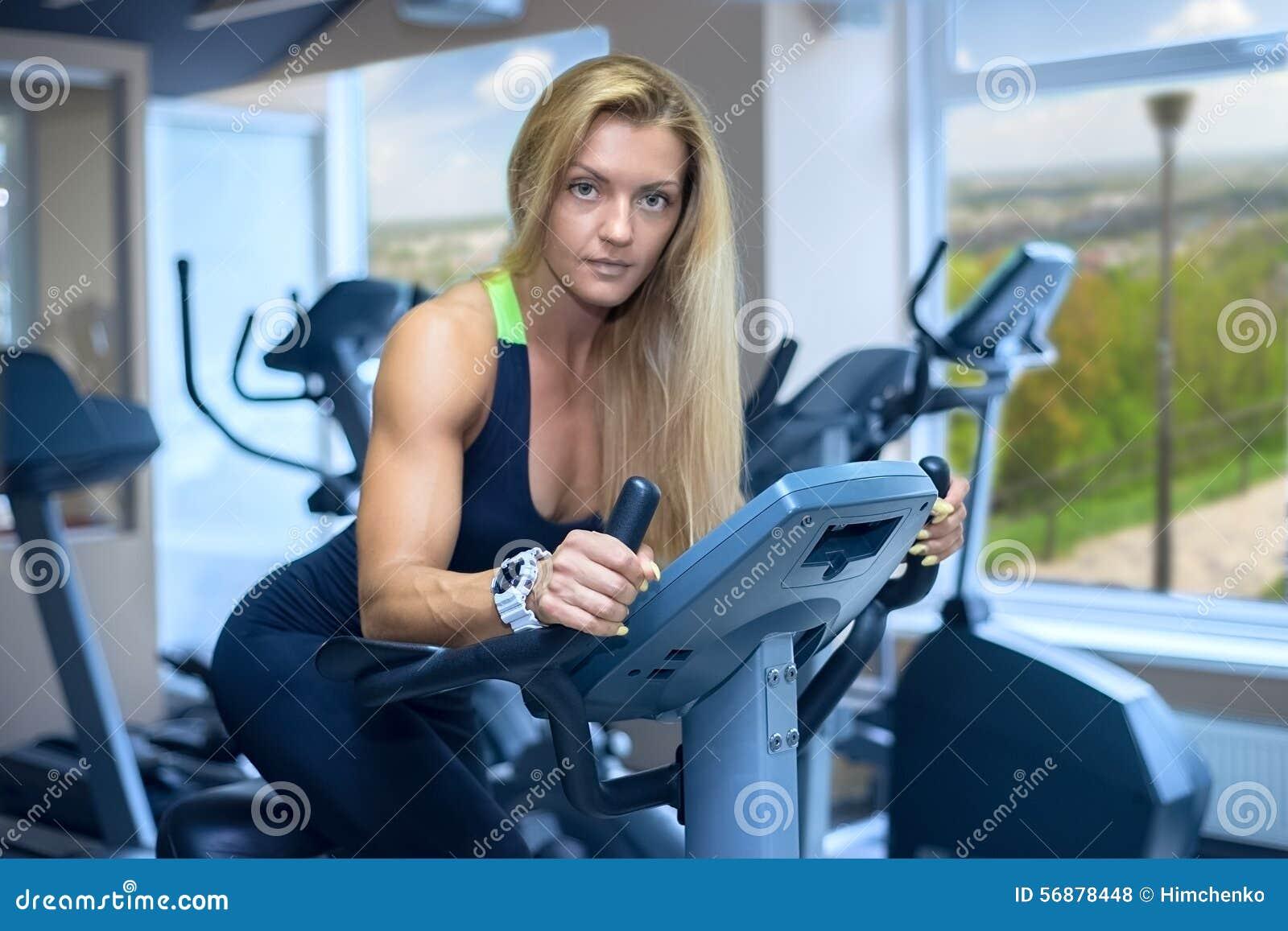 Una donna sviluppa un cardio club di forma fisica