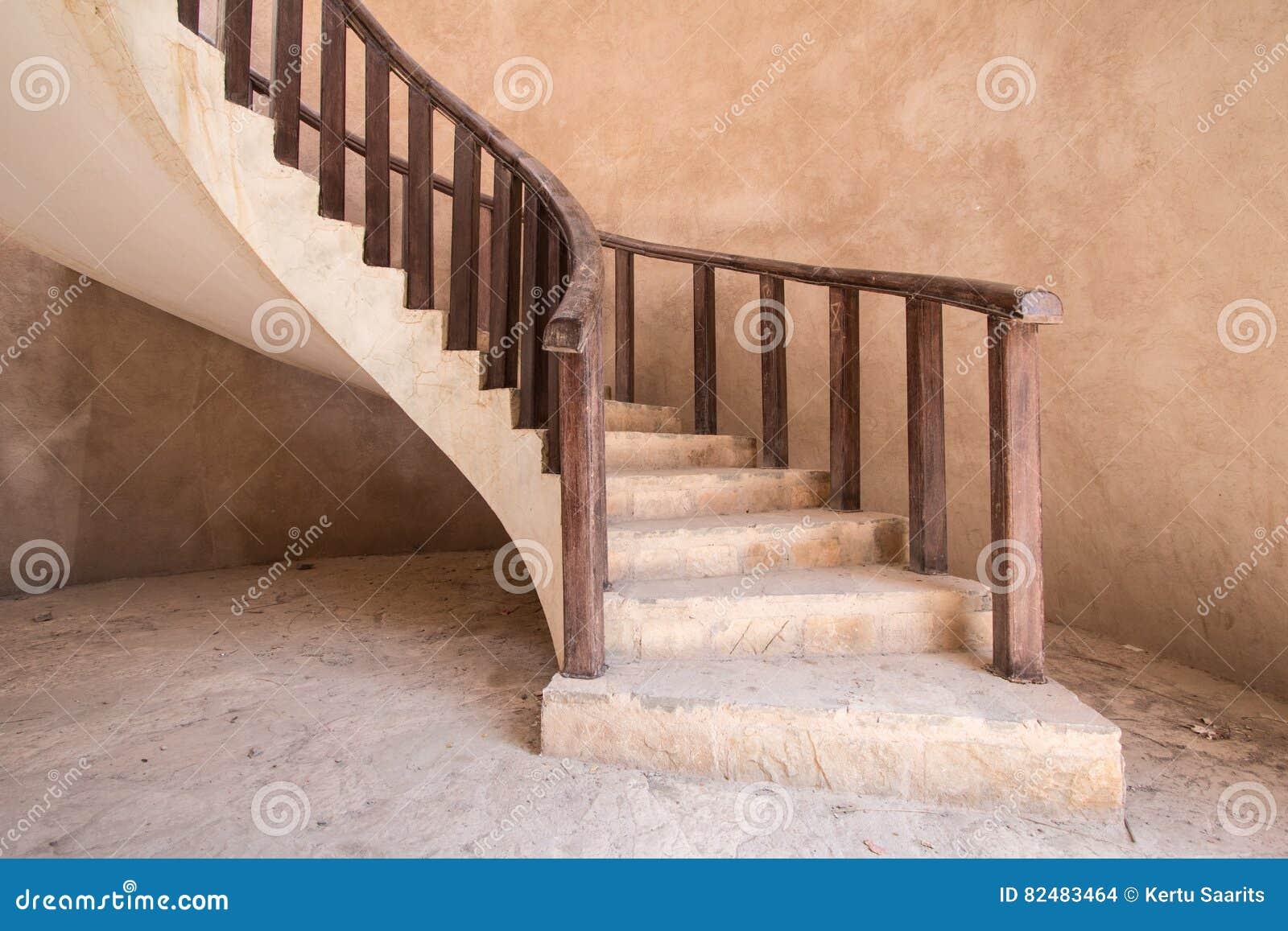 una escalera tradicional en una casa oman nizwa omn foto de archivo