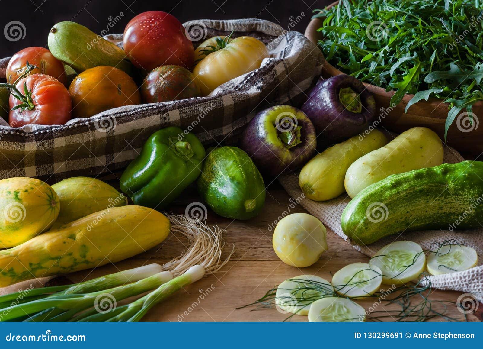 Una escena de la cocina con una generosidad de verduras recientemente escogidas