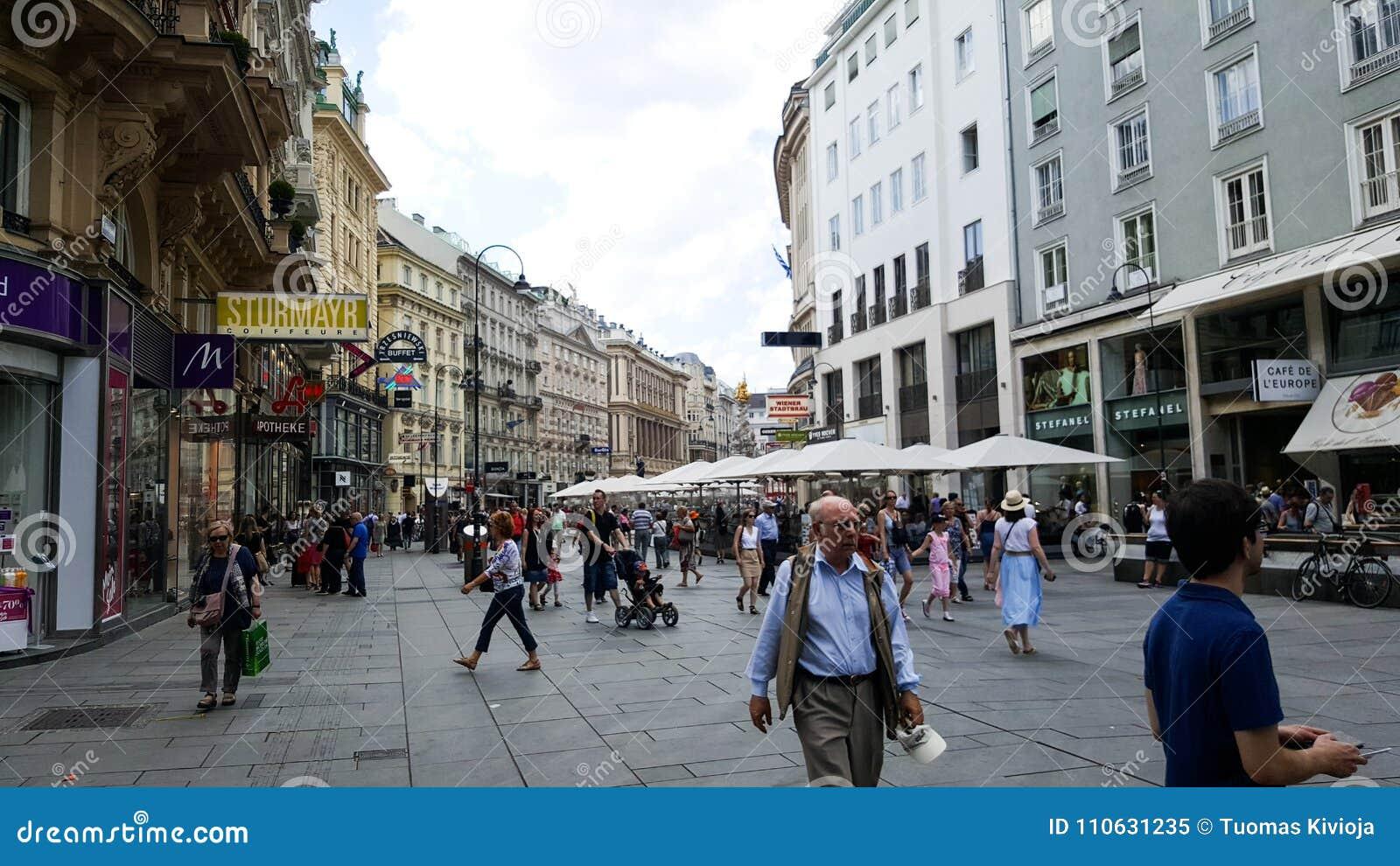 Una escena en las calles de Viena con una muchedumbre de gente