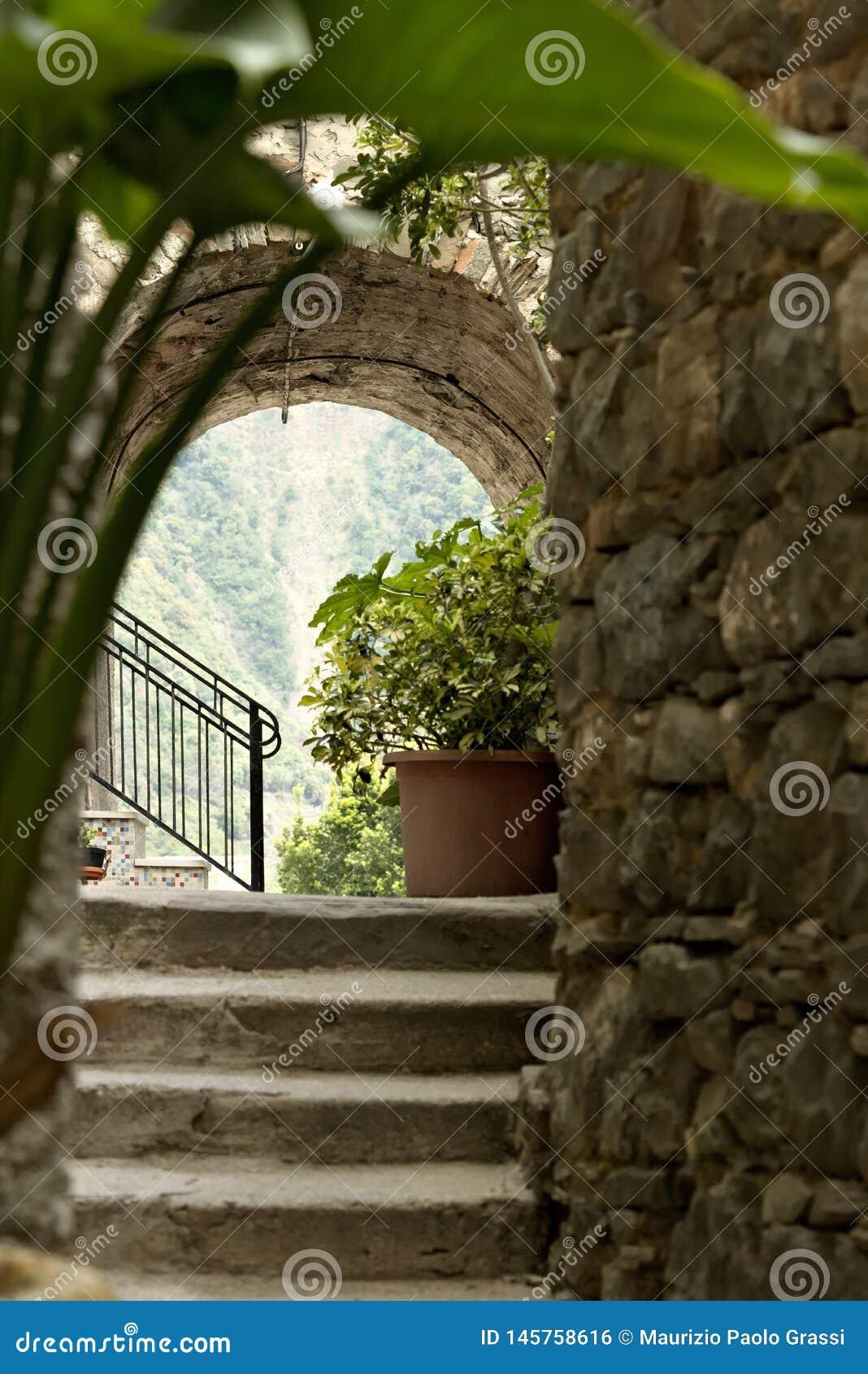 Una esquina de la ciudad vieja de San Bernardino en Cinque Terre