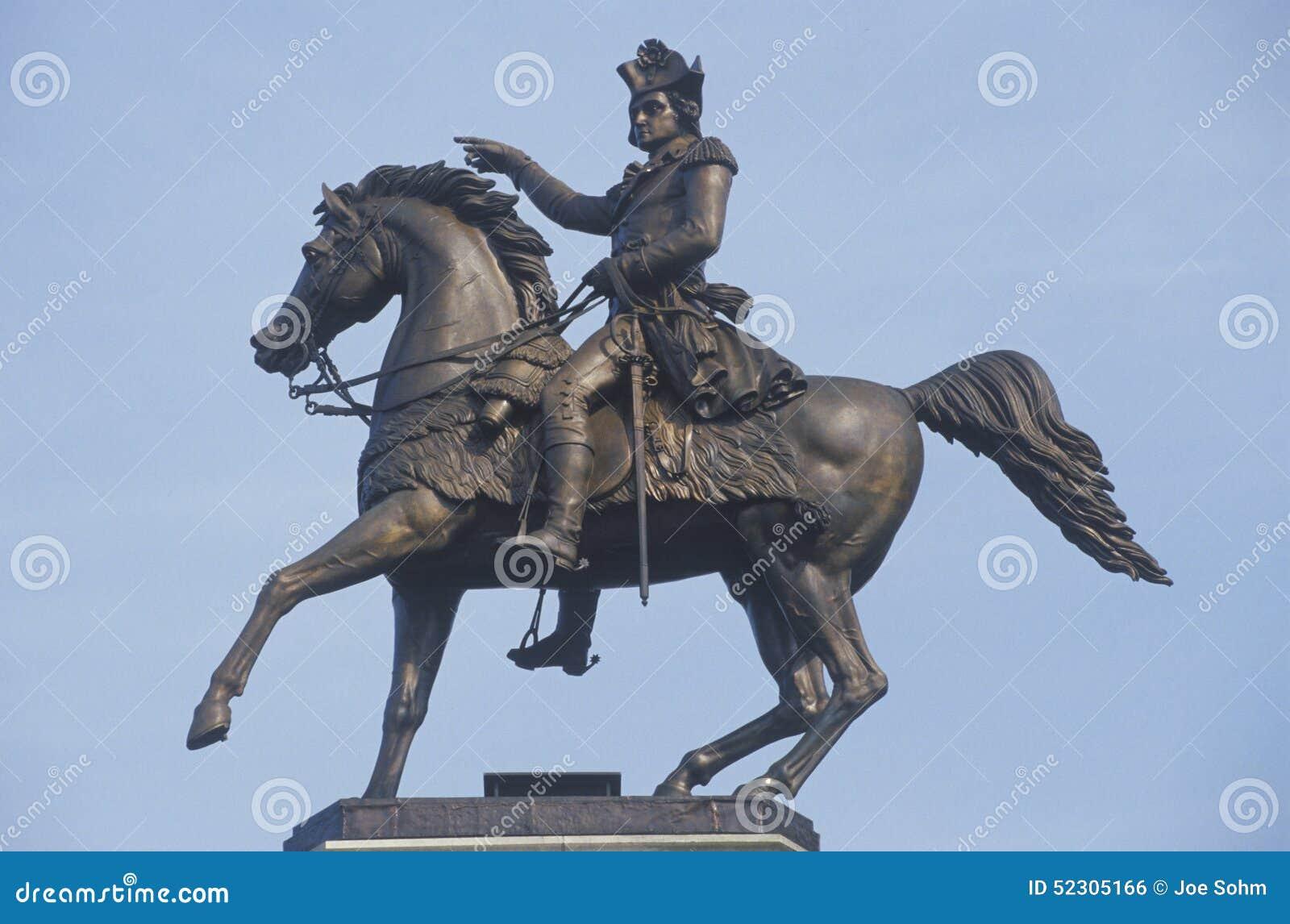 Una estatua ecuestre de general George Washington cerca de Washington Monument en el cuadrado del capitolio en Richmond, Virginia