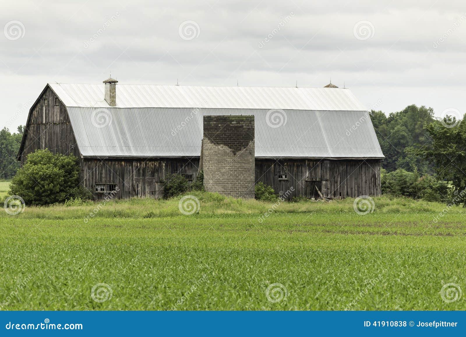 Una estructura abandonada de la casa de la granja