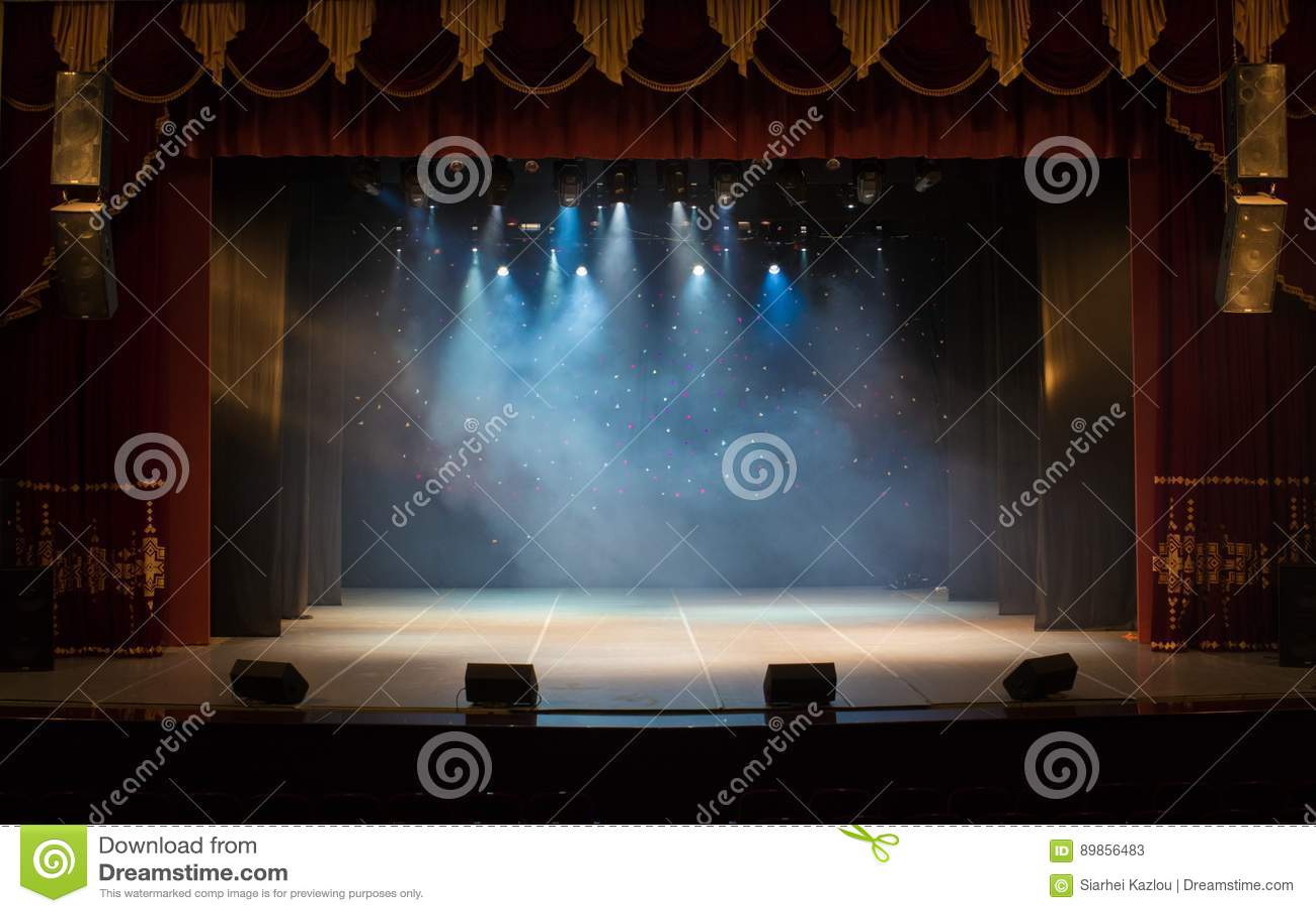 Una etapa vacía del teatro, encendida por los proyectores y el humo