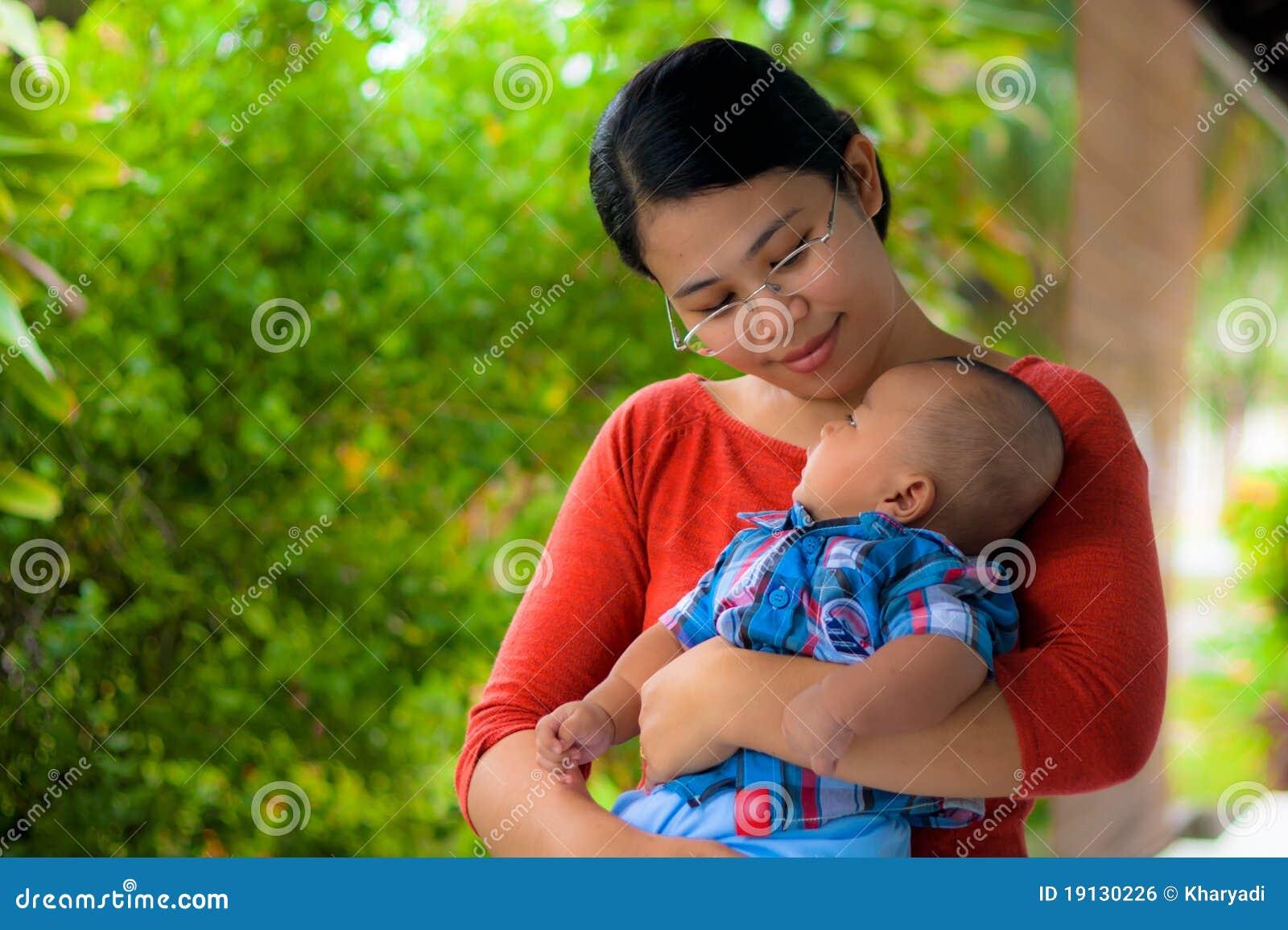 Una explotación agrícola de la madre su bebé con amor.