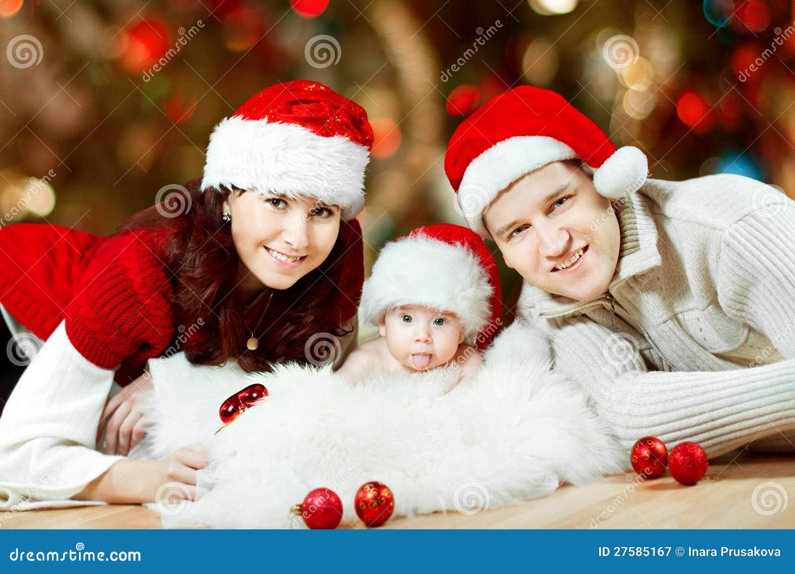 Foto Di Natale Famiglia.Una Famiglia Di Natale Di Tre Persone In Cappelli Rossi