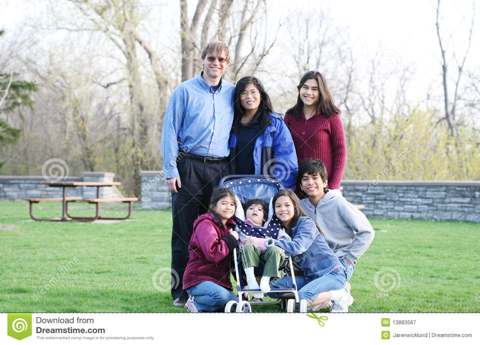 Una famiglia di sette interrazziale