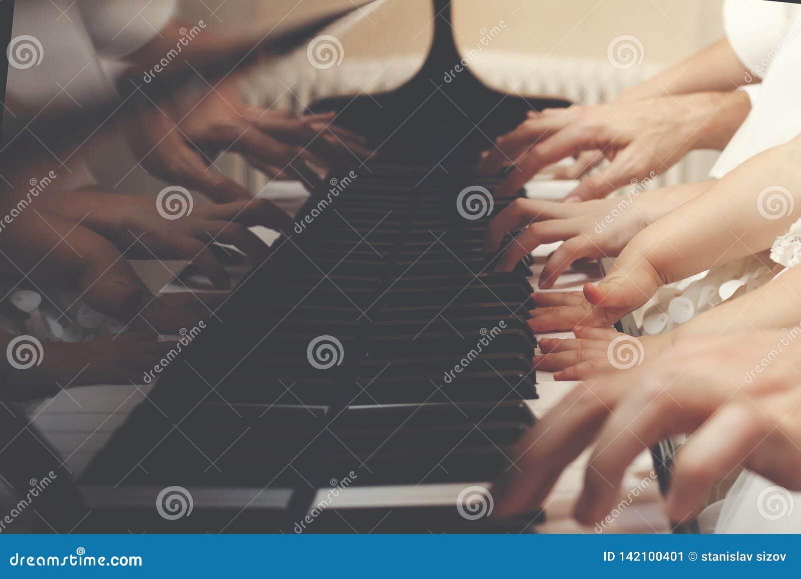 Una famiglia di tre membri che giocano insieme un piano