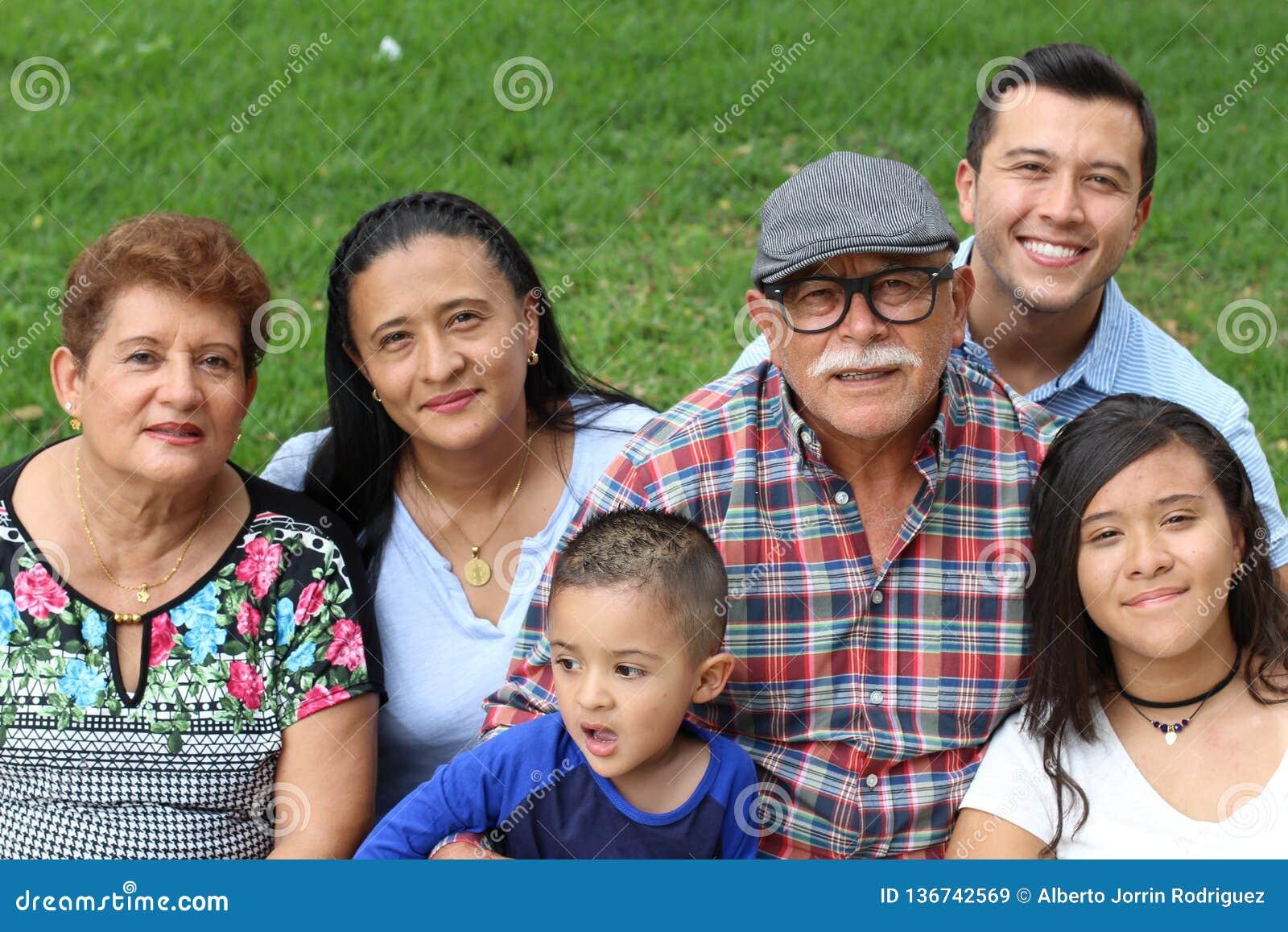 Una famiglia felice di sei latini