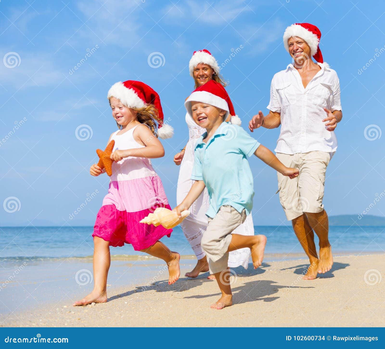 Una familia caucásica está disfrutando de vacaciones de verano