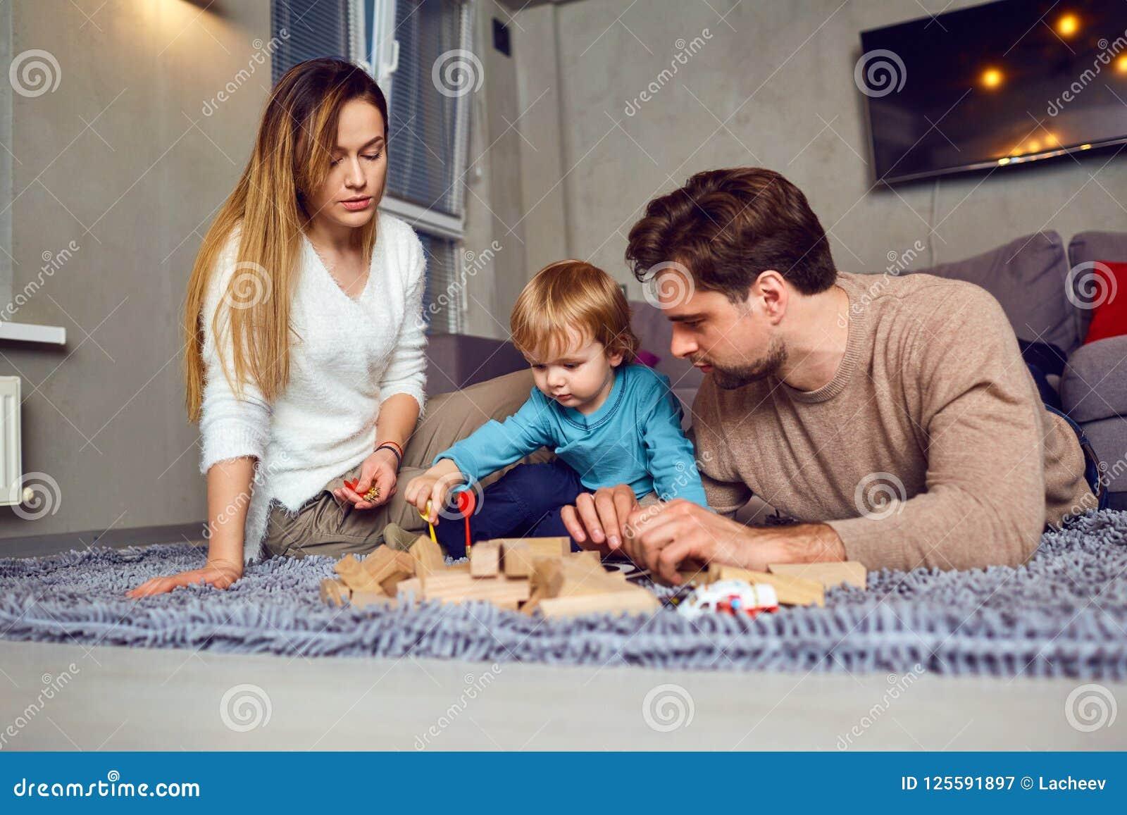 Una Familia Con Juegos De Mesa De Los Juegos De Ninos Dentro Imagen