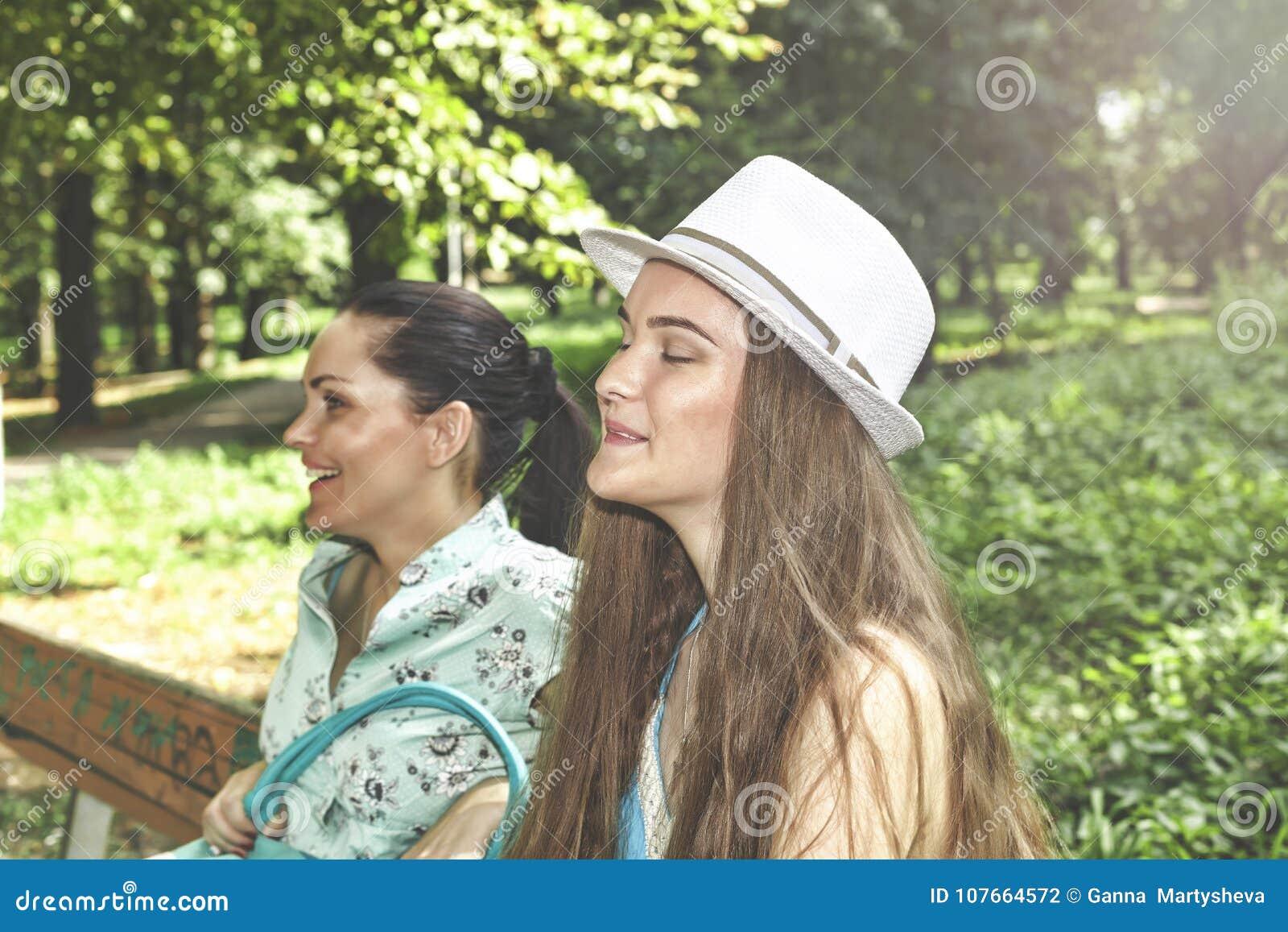 Una familia feliz Hija hermosa joven de la madre y del adolescente que se divierte que ríe en un paseo