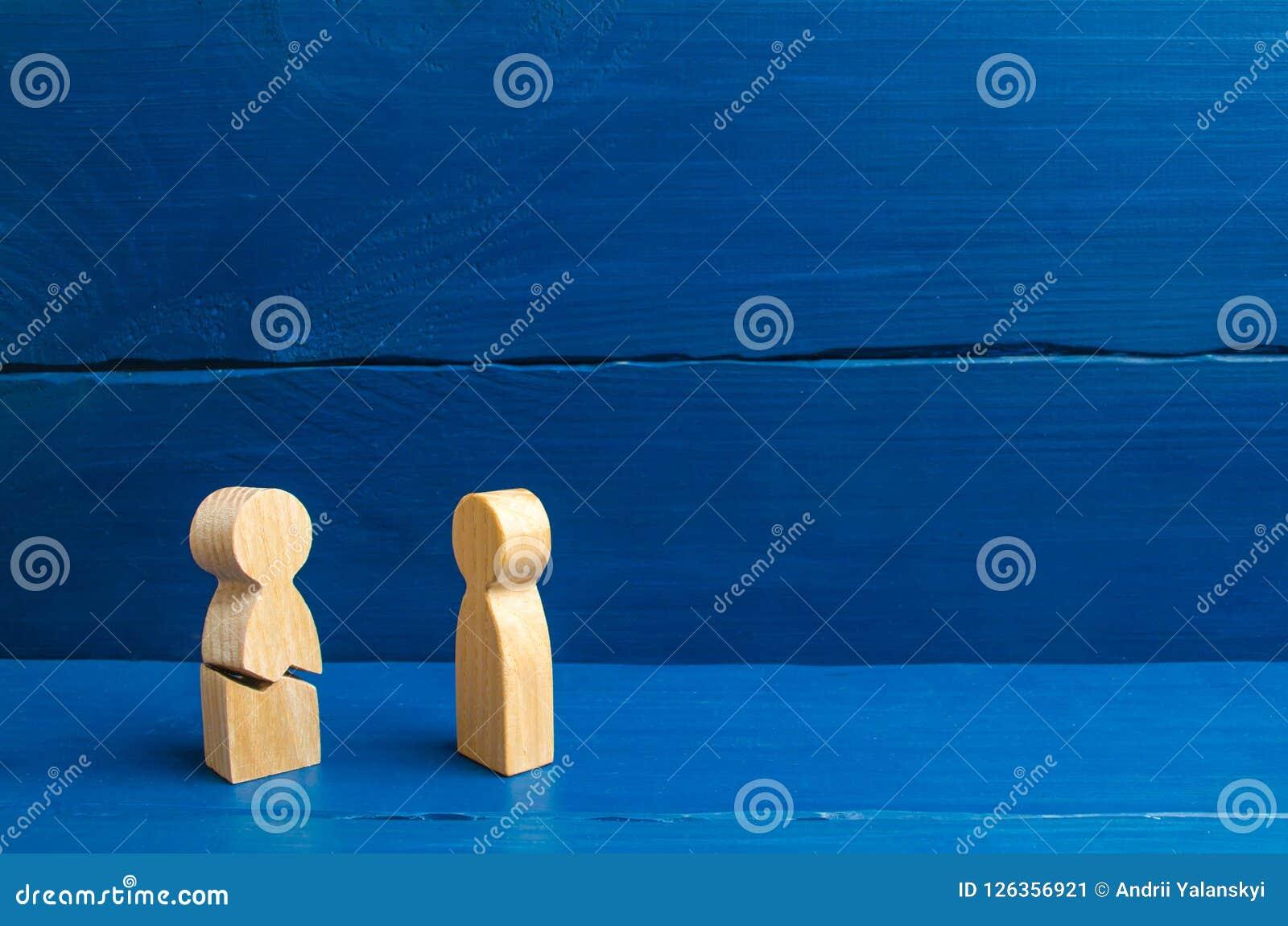 Una figura de madera de un hombre con una grieta No podía colocar los nervios y nuestra salud Amenaza de la vida Lesión y muerte