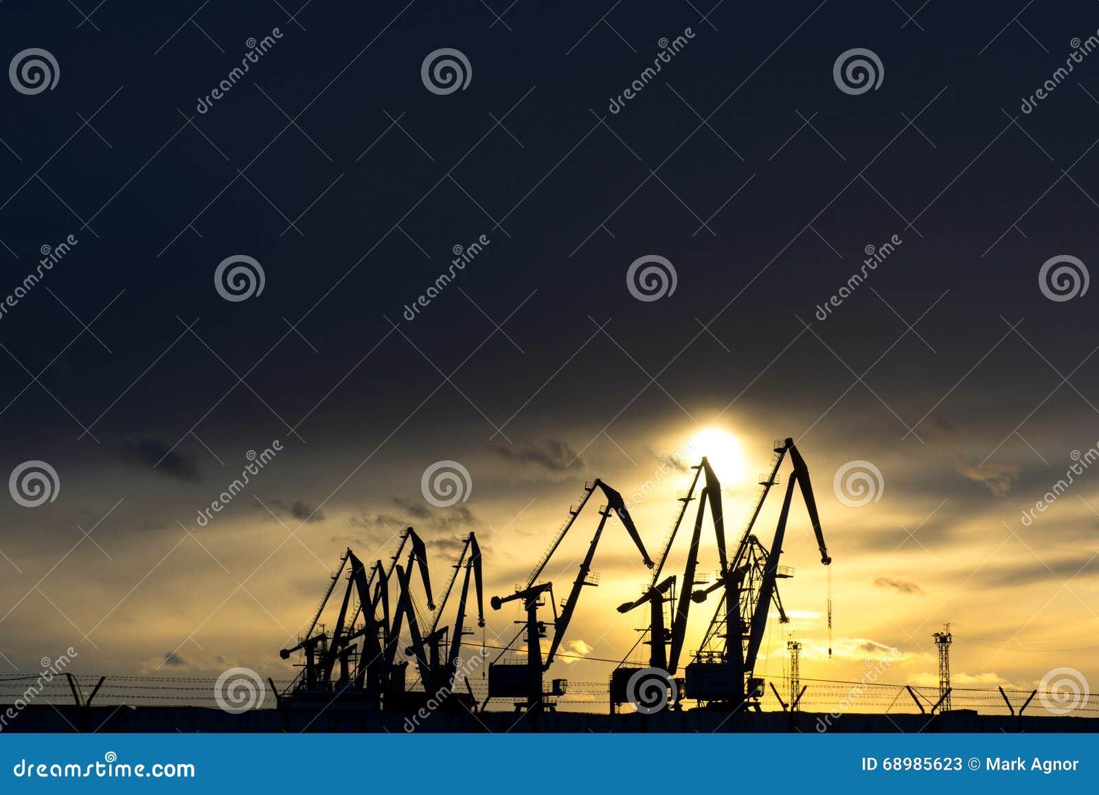 Una fila de la grúa en el puerto