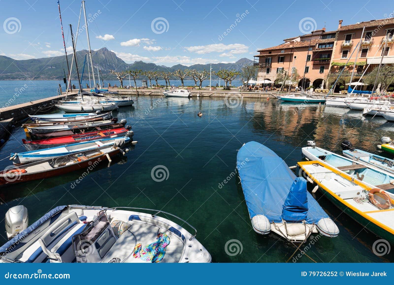Una fila de los barcos de pesca en el pequeño puerto de Torri del Benaco Lago Garda