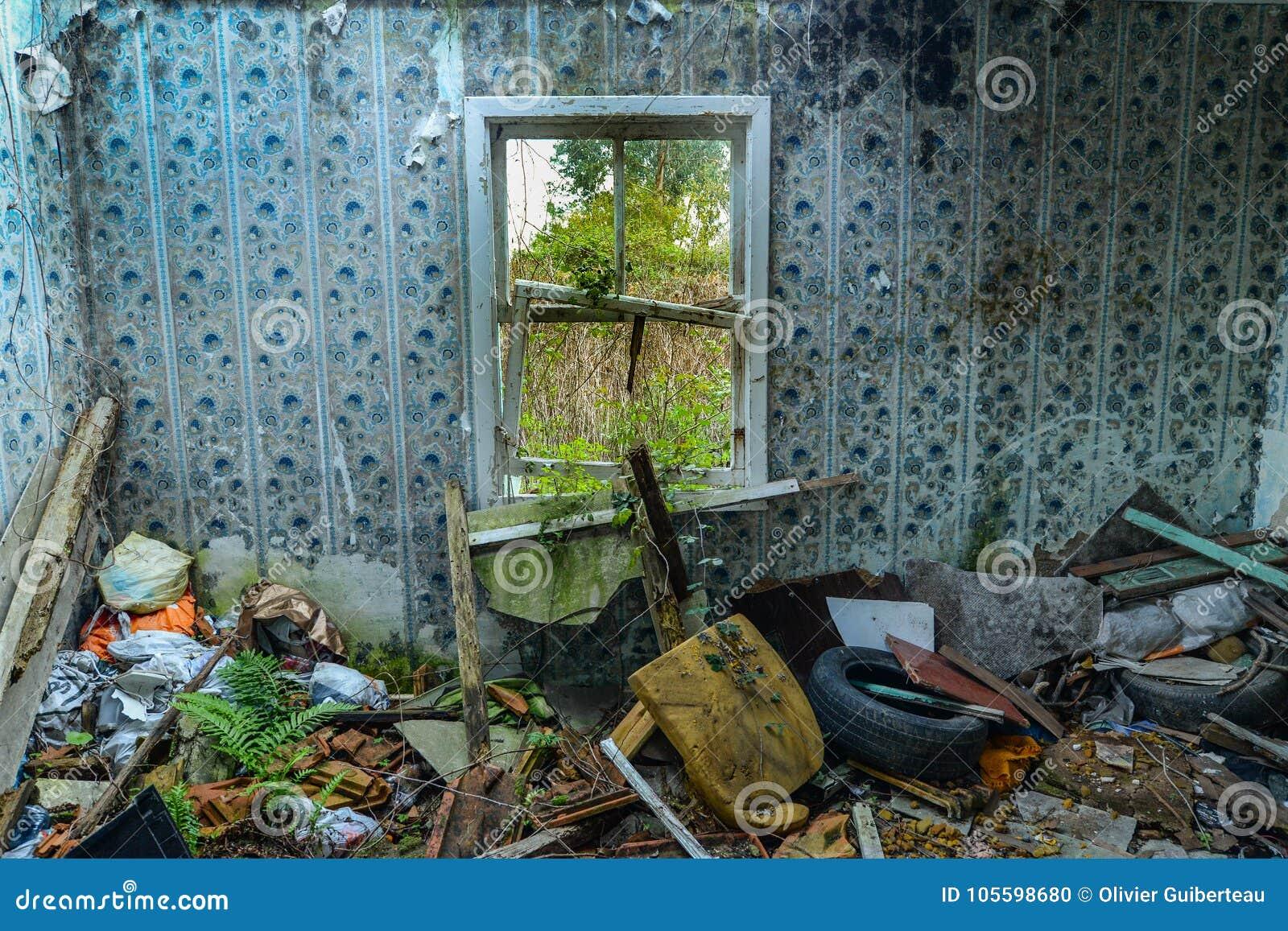 Una finestra in una costruzione abbandonata