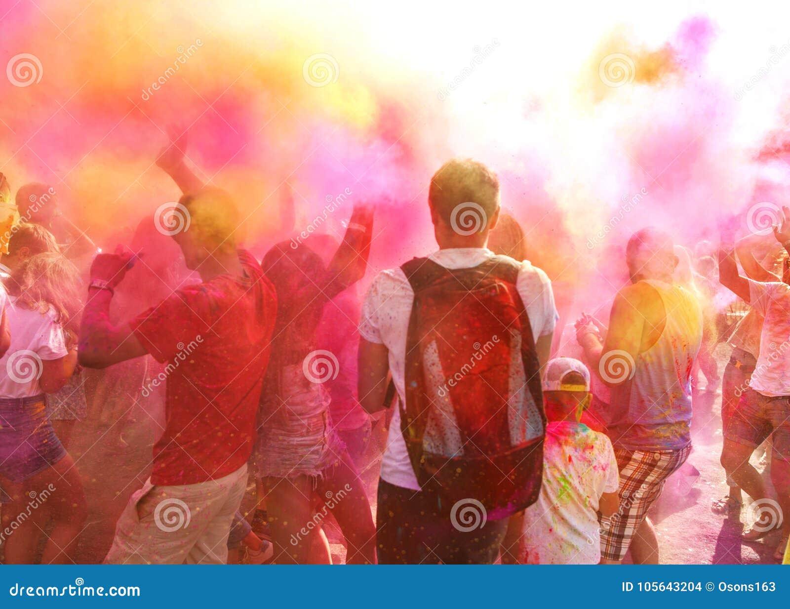 Una folla della gente che celebra il festival di Holi