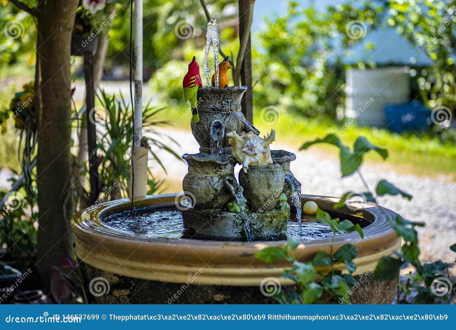 Una fontana con i bei uccelli falsi