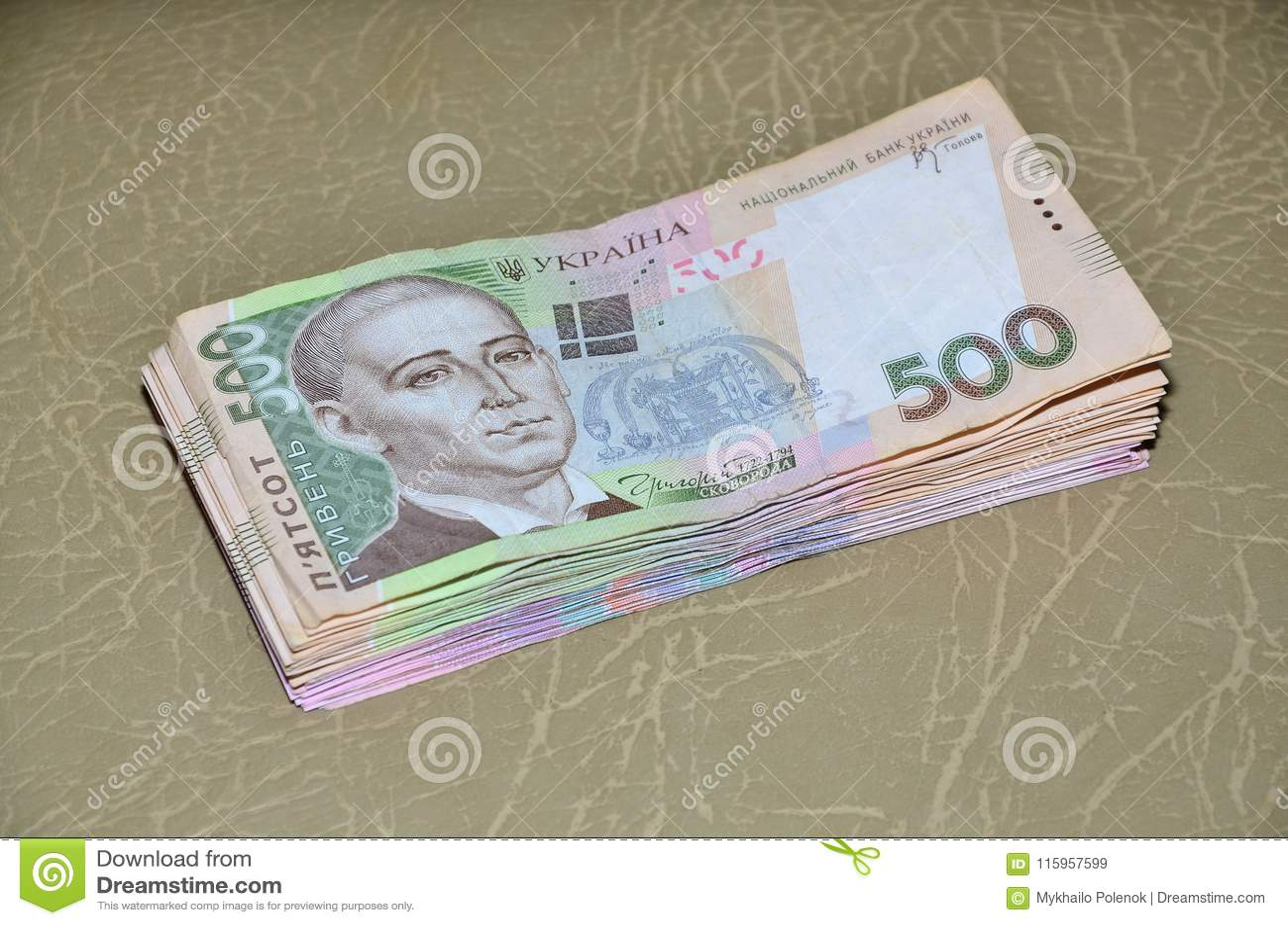 Una fotografia del primo piano di un insieme di soldi ucraini con un valore nominale del hryvnia 500, trovantesi su una superfici