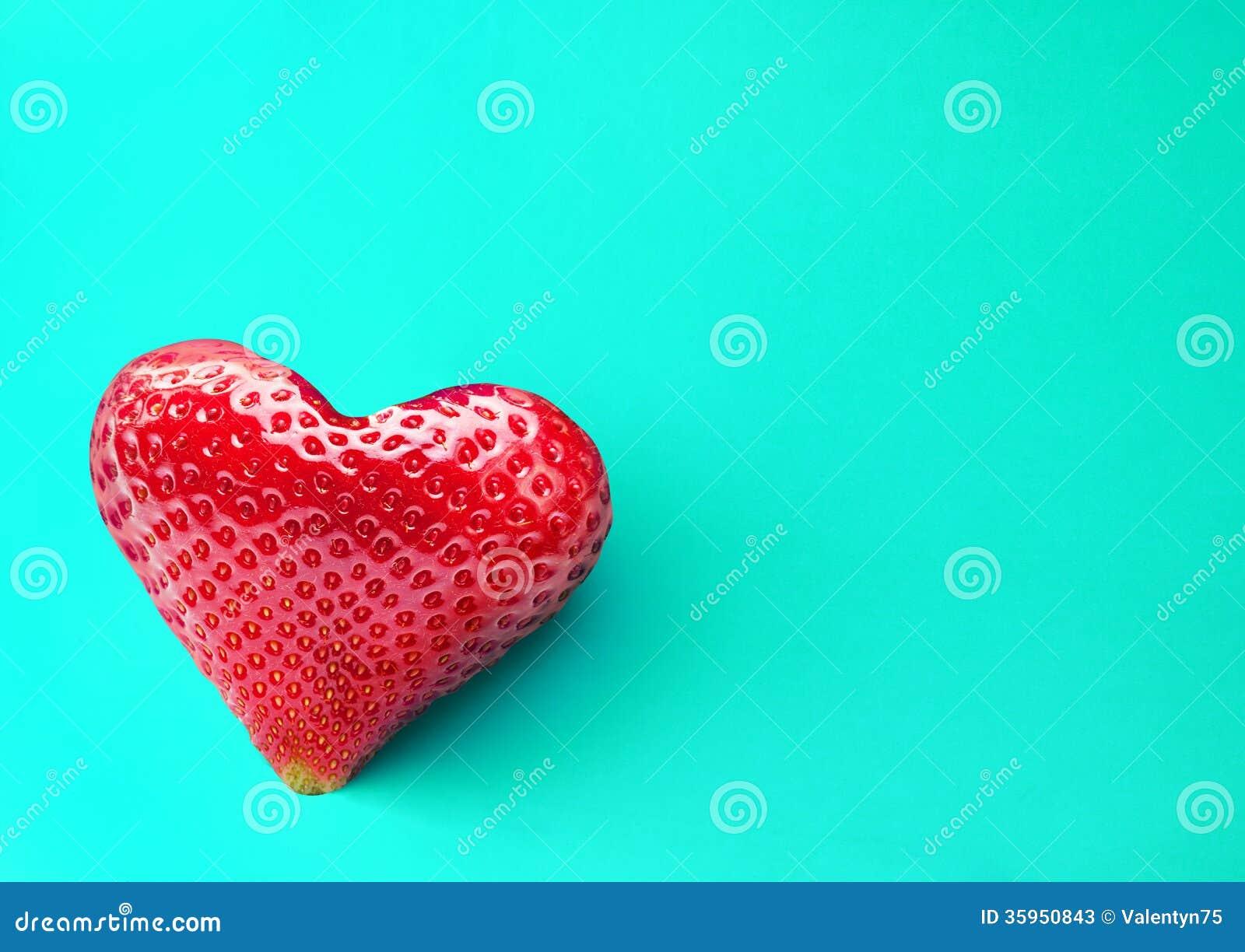 Una fruta rica de la fresa en la forma de corazón.
