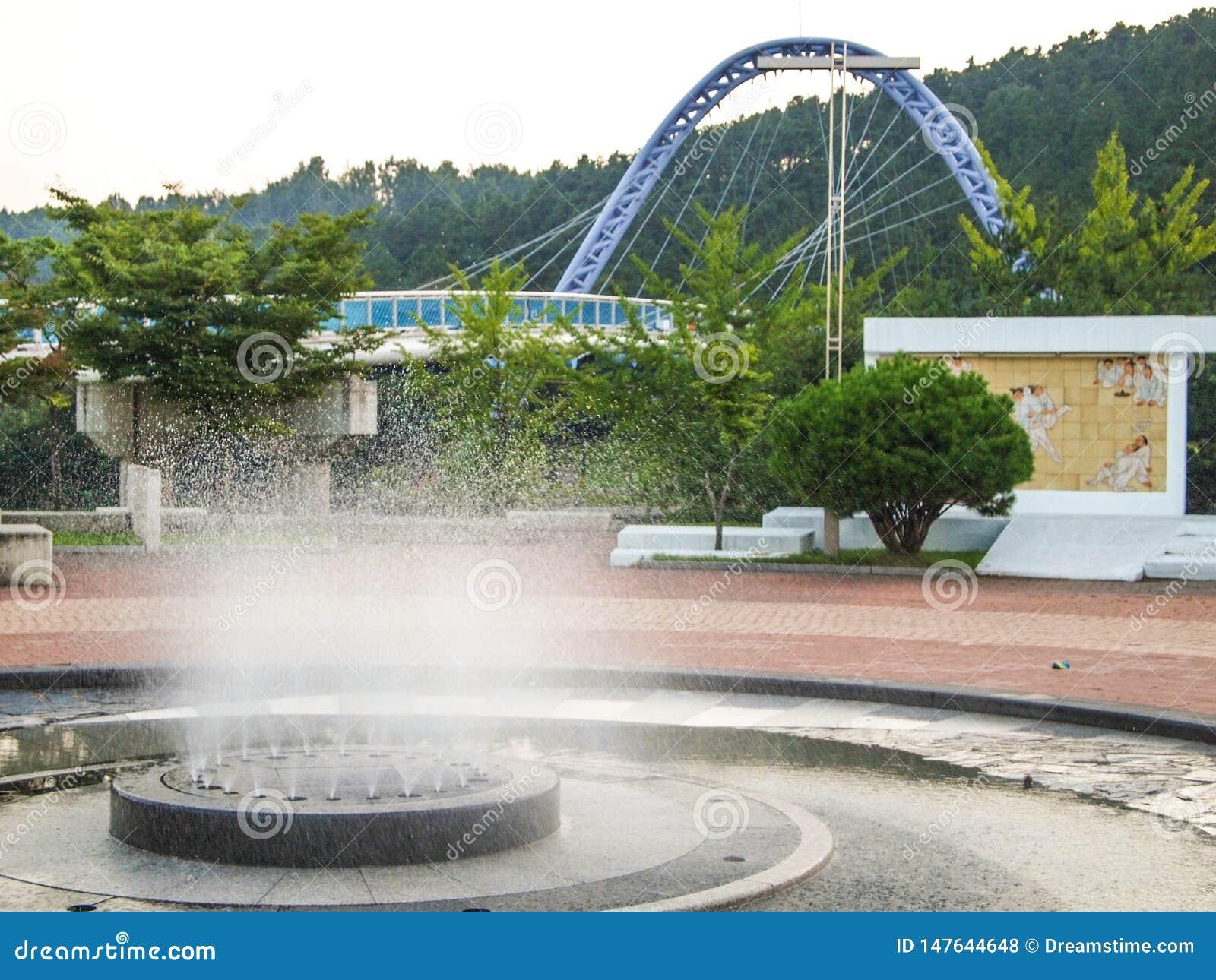 Una fuente y un puente del paseo del parque