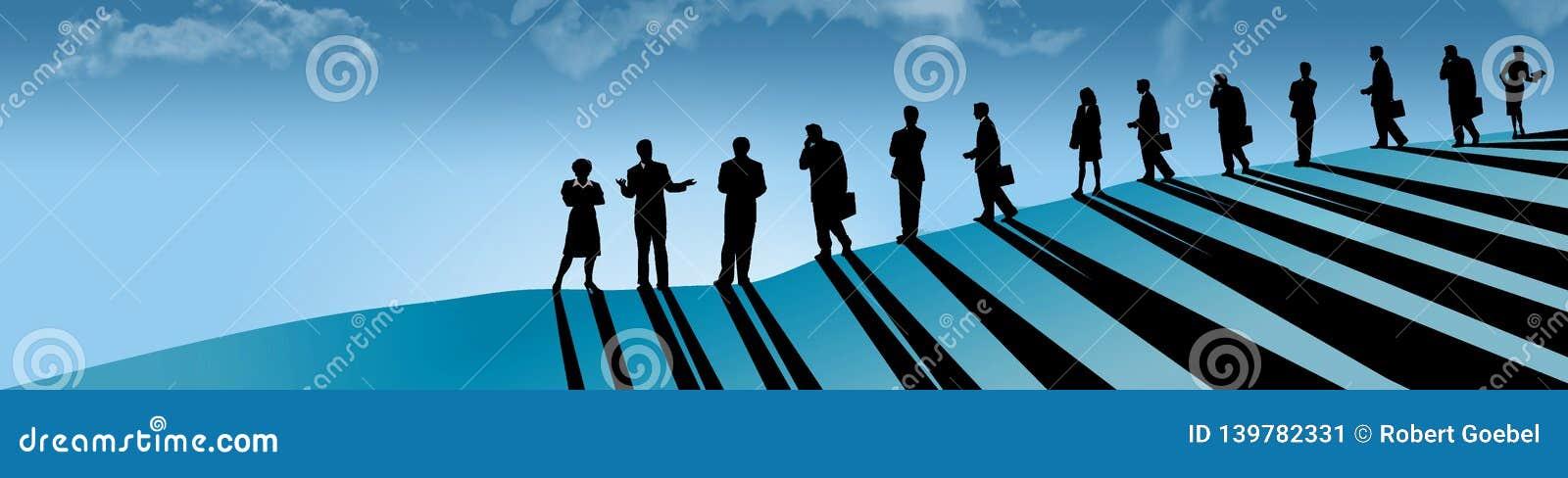 Una gente della linea di affare, uomini e donne, è veduta su un pendio di collina mentre seguono il loro capo femminile, il capo,