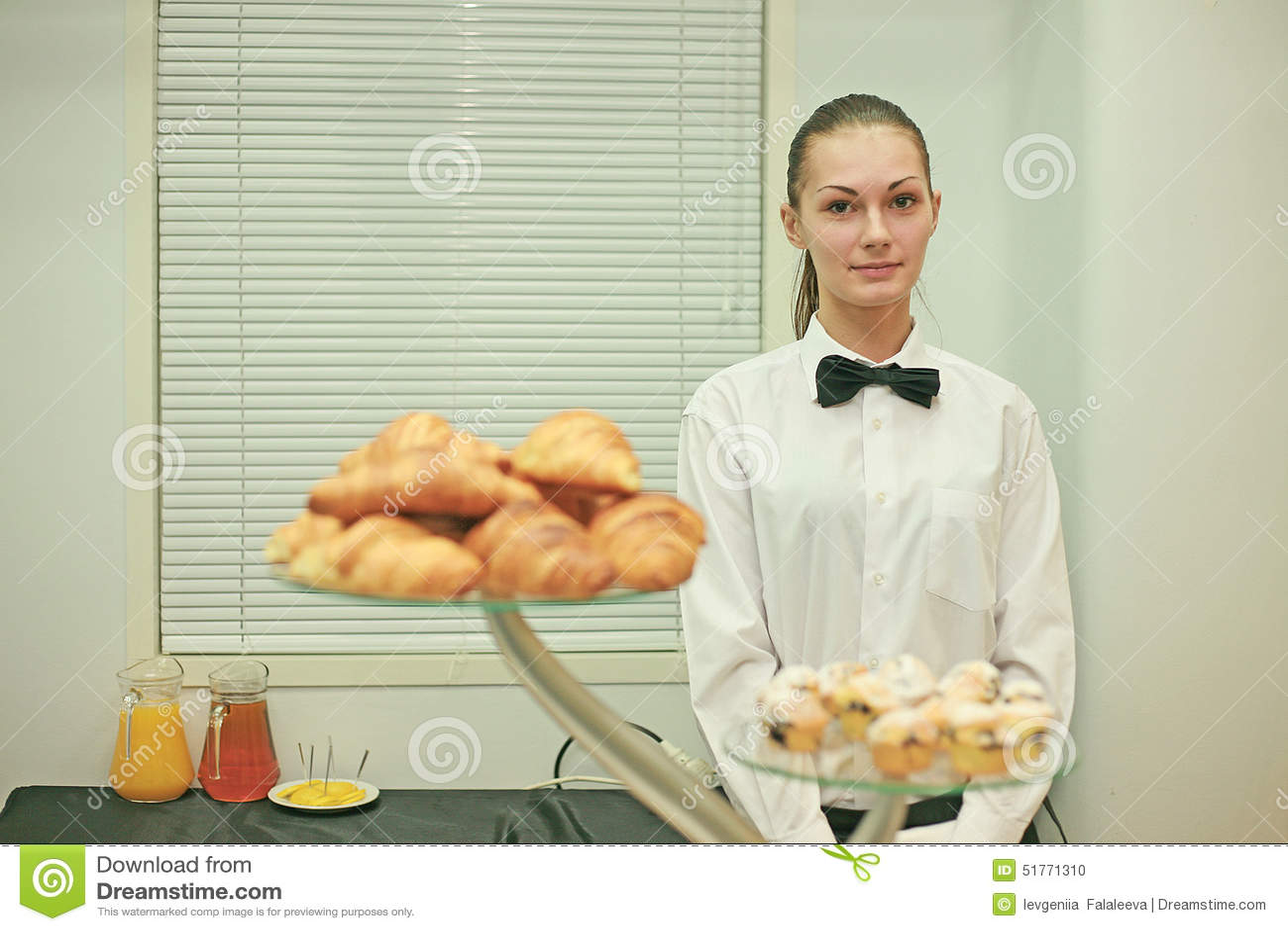 Una giovane barista sul lavoro
