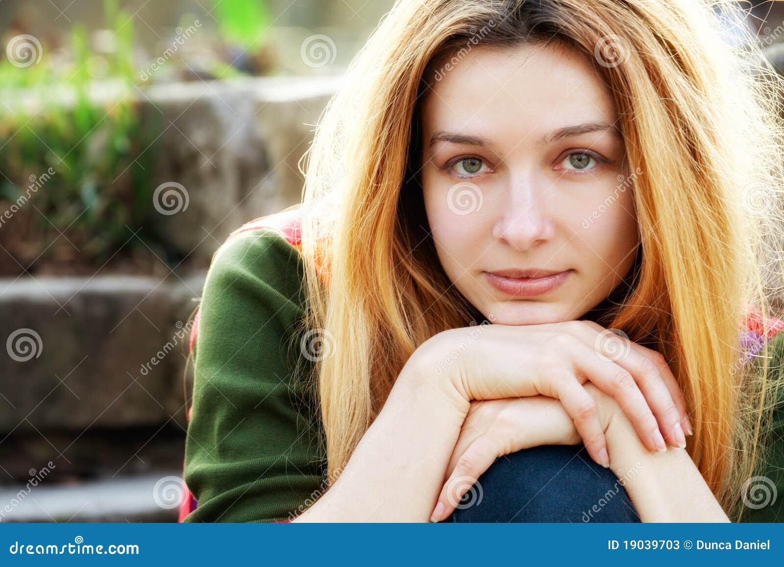 Una giovane bella donna esterna