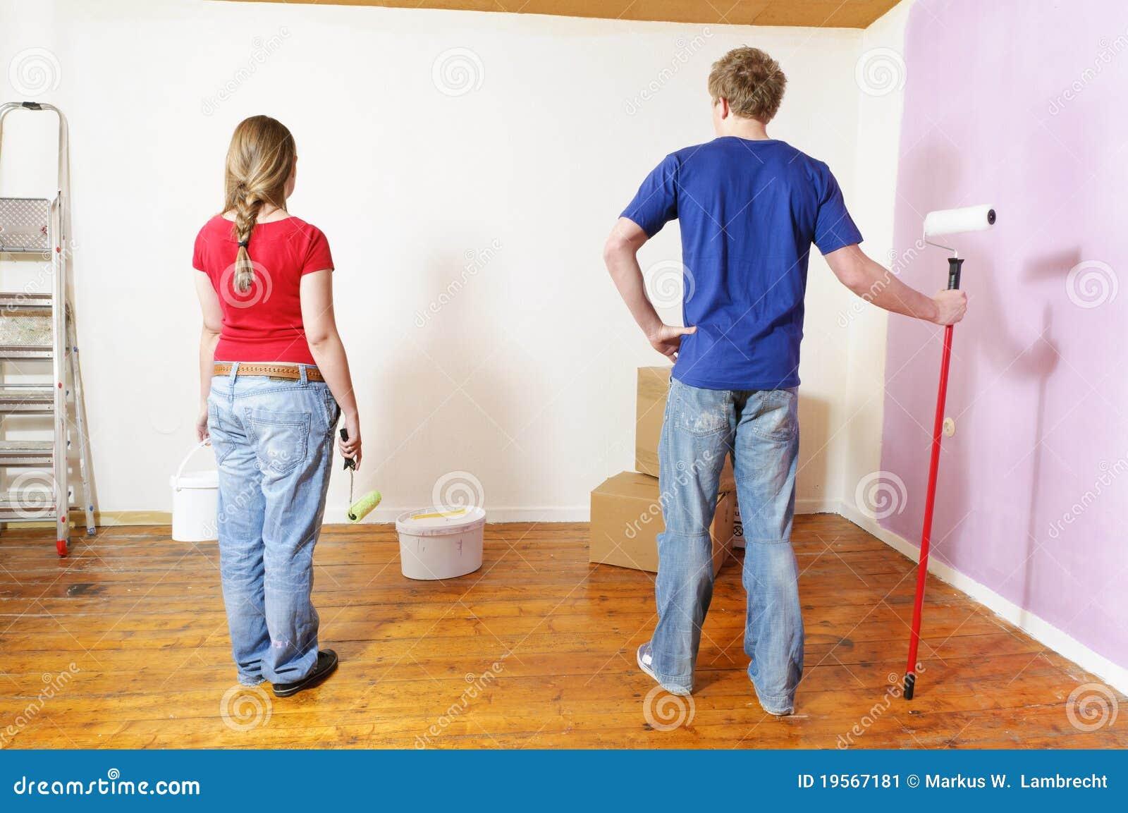 Una giovane coppia nell appartamento