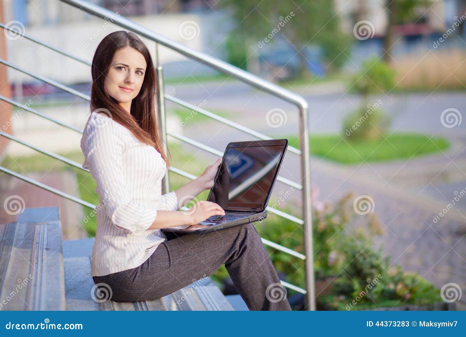 Una giovane donna graziosa di affari