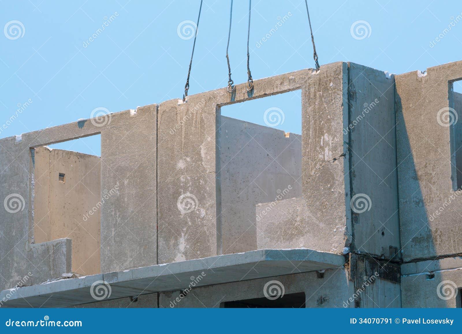 Una Grúa Fijó La Placa Para Construir Una Casa Imagen de archivo ...